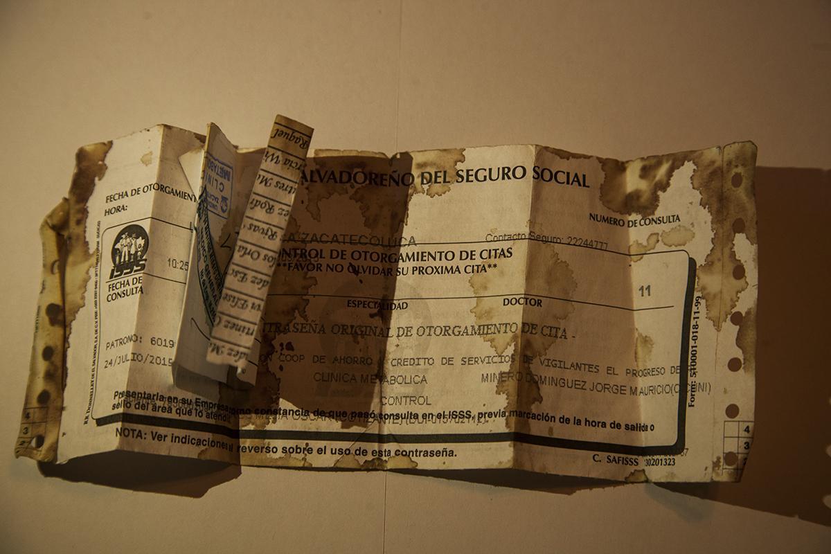 Herido, mientras huía, Óscar Mejía cargaba en una mariconera algunos documentos personales, pastillas para la hipertensión y un certificado del Seguro Social. La familia recobró estas pertenencias cerca del marañón en el que Óscar intentó refugiarse antes de que lo remataran. / Foto El Faro: Víctor Peña