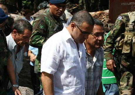 Luis Verdi (izquierda) camina detrás del presidente Mauricio Funes durante una visita del mandatario a Verapaz el 10 de noviembre 2009. Foto: Luis Umaña