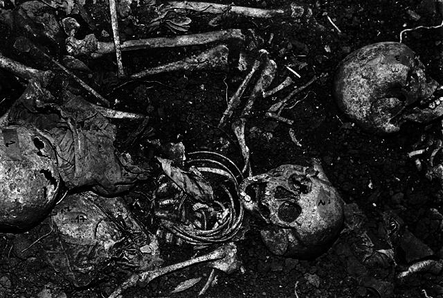 Los números 1, 2 y 3 hacen referencia a los primeros tres cadáveres que pudo rescatar el Equipo Argentino de Antropología Forense en El Mozote. Mayo de 1992.