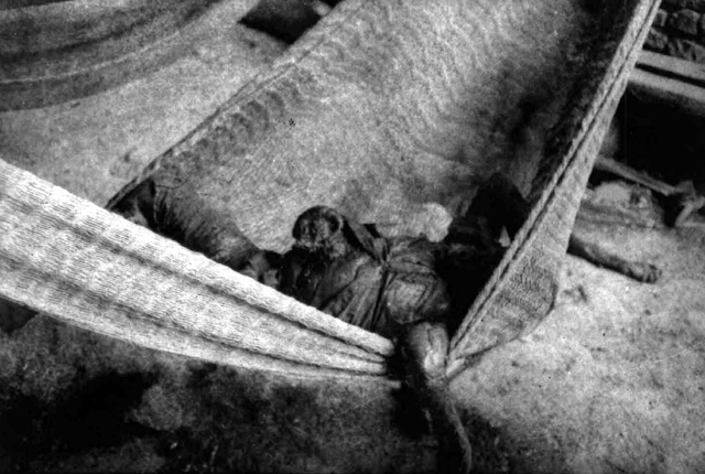 El ejército aniquiló a casi todos los habitantes del caserío Los Argueta, en el cantón Cerro Pando. Cuando Anatolio Argueta buscó a sus víctimas solo encontró a una niña 'secándose' en una hamaca, porque el resto de cuerpos 'habían sido devorados por los