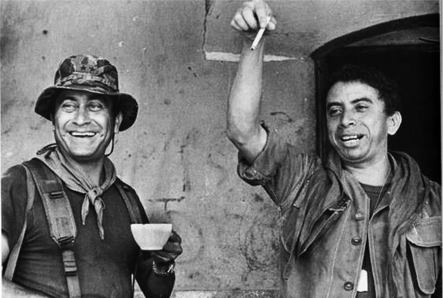 Domingo Monterrosa, a la derecha, junto al teniente coronel Sigifredo Ochoa Pérez. Santa Clara, San Vicente, 1983. Foto pública tomada del muro de ASVEM en Facebook.