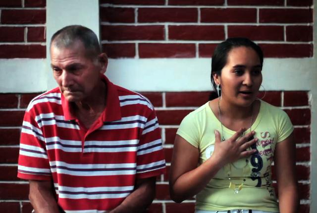 Liliana Pérez, de 21 años, nuera de Pedro Chicas, se dispone a leer el testimonio de este sobreviviente, quien ha perdido la voz.