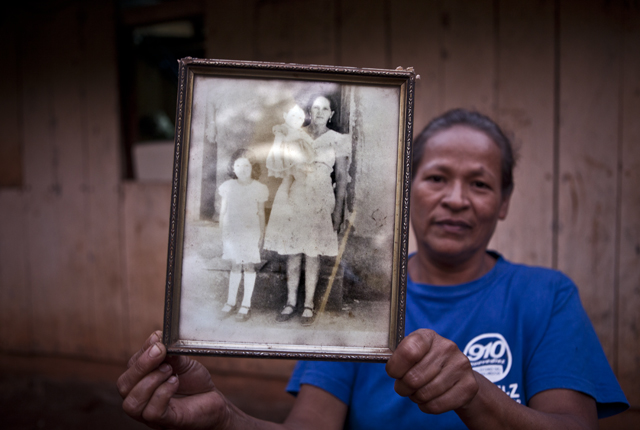 Míriam Núñez, esposa de Orlando Márquez, muestra un retrato de su suegra Agustina y su cuñadas Edith y Yesenia, fallecidas en la masacre del caserío El Mozote.?