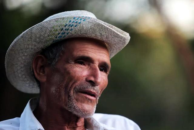Juan Bautista hoy tiene 72 años y vive en la comunidad Segundo Montes de Morazán. En El Mozote cultiva maíz y vende lazos de atar, a un dólar. Los lazos son de fibra de henequén, un cultivo que cayó en desuso después de la guerra.