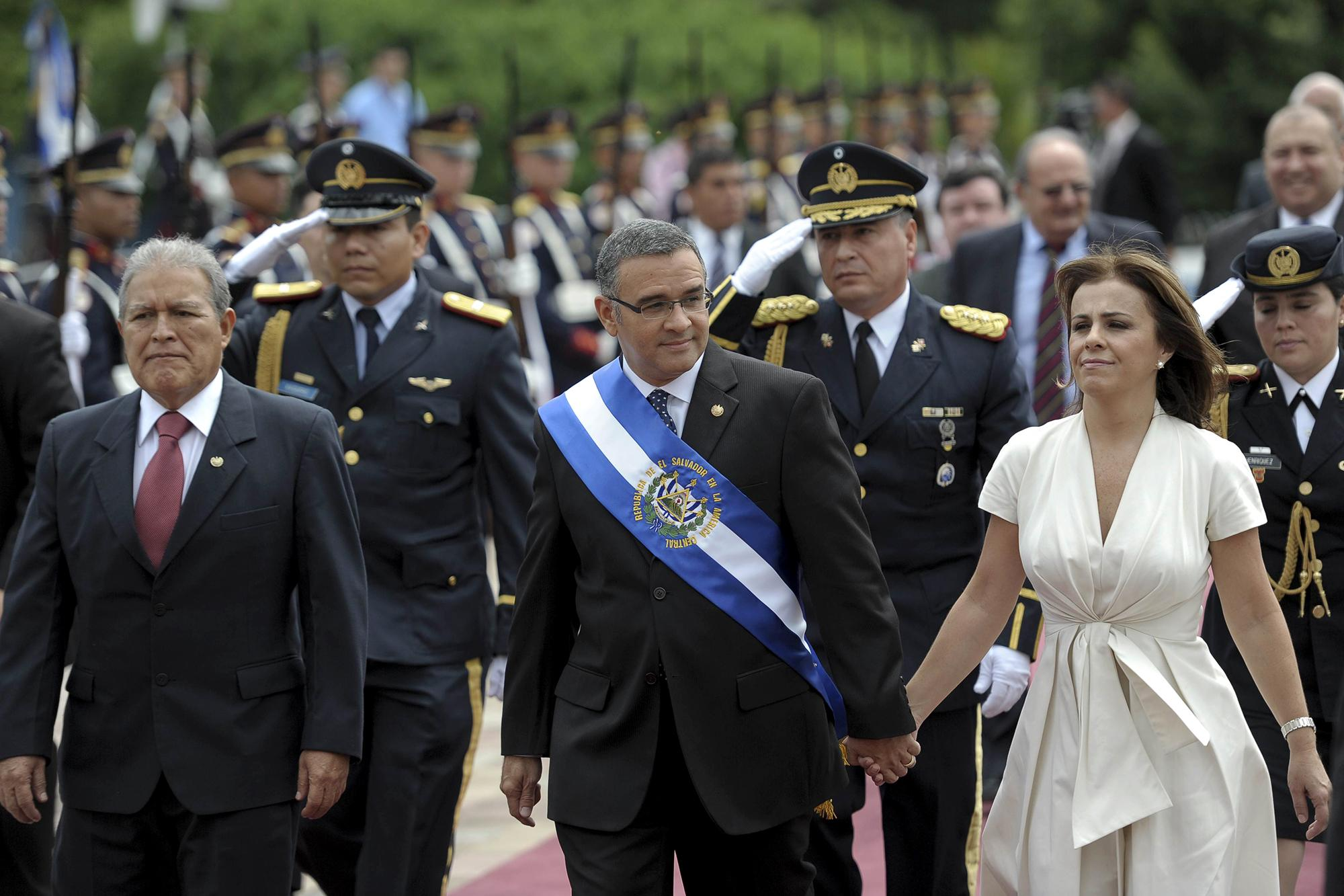 El presidente, Mauricio Funes, junto a su esposa, Vanda Pignato, y el vicepresidente, Salvador Sánchez Cerén, entran el 1 de junio de 2011 a la Asamblea Legisltiva para rendir su segundo informe anual. Foto de AFP: José Cabezas.