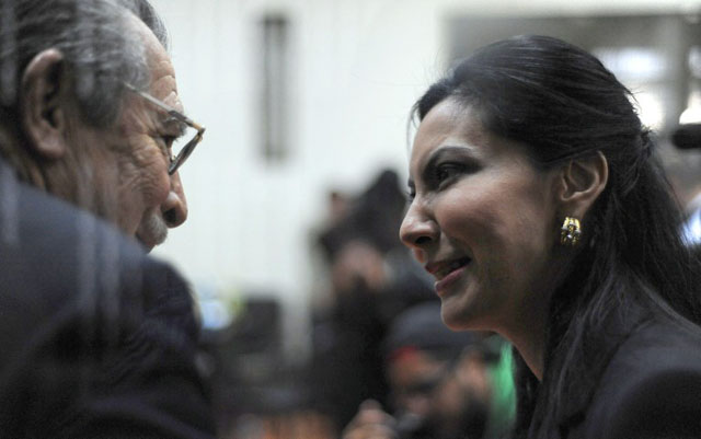 El ex dictador José Efraín Rios Montt habla con su hija Zury Ríos durante una audiencia el 23 de enero 2013. Foto AFP en ciudad de GuatemalaFormer Guatemalan de facto President (1982-1983) and retired General, Jose Efrain Rios Montt speaks with his daugther Zury Rios during a court hearing in Guatemala City on January 23, 2013. Rios Montt and retired General Jose Rodriguez attended the hearing, where the prosecution requested they be tried for genocide in indigenous communities in northern Guatemala during the civil war (1960-1996). AFP PHOTO/Johan ORDONEZ