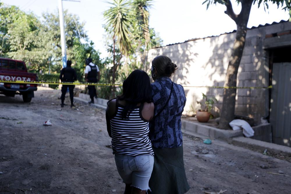 La madre y la hermana menor de José Armando Díaz esperan que la policía las deje entrar a su casa, donde están los cadáveres. No las dejaron entrar hasta pasadas las 9 de la noche.Foto:Fred Ramos