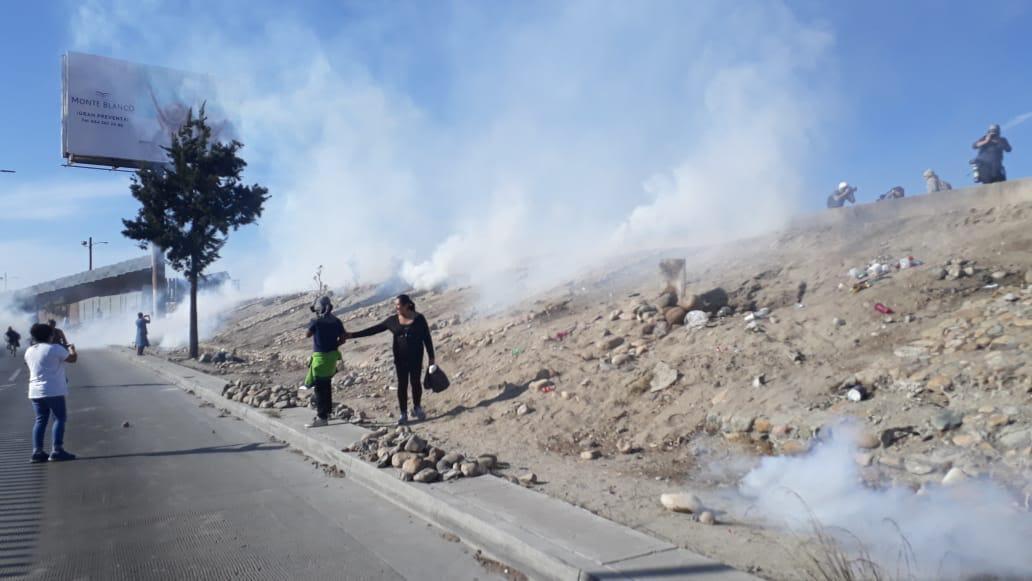 Los migrantes centroamericanos fueron replegados por miembros de la Patrulla Fronteriza con gas lacrimógenos lanzados desde Estados Unidos Foto: Carlos Martínez