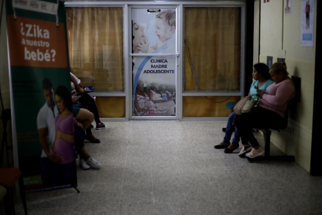 A group of women in the waiting room of the Clinic for Adolescent Mothers, a branch of the University School Hospital in the city of Tegucigalpa. Photo: Martín Cálix.