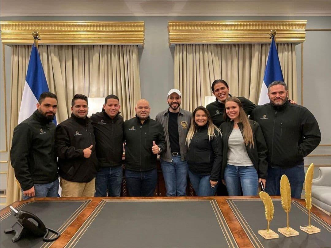 The Salto Ángel Consulting team met with President Bukele to celebrate Nuevas Ideas' victory in the February 28 elections. From left to right: Víctor Barboza, Efrendy Campos, Danny Lozada, Esteban Vicuña, Andrea Márquez, Lester Toledo, María José Vásquez Fossi, and Lender Toledo.
