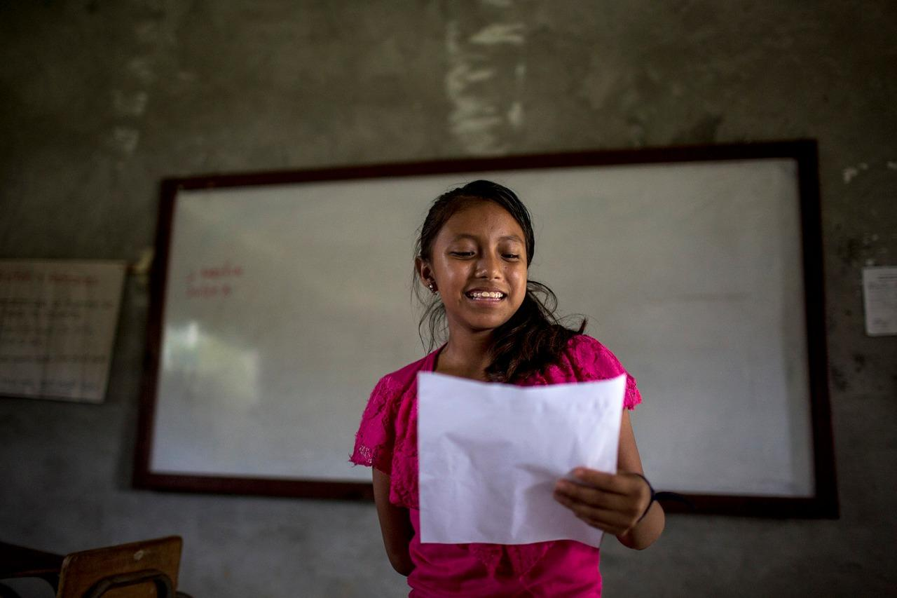 A girl reads a text aloud in her native language. Photo: Simone Dalmasso/Plaza Pública