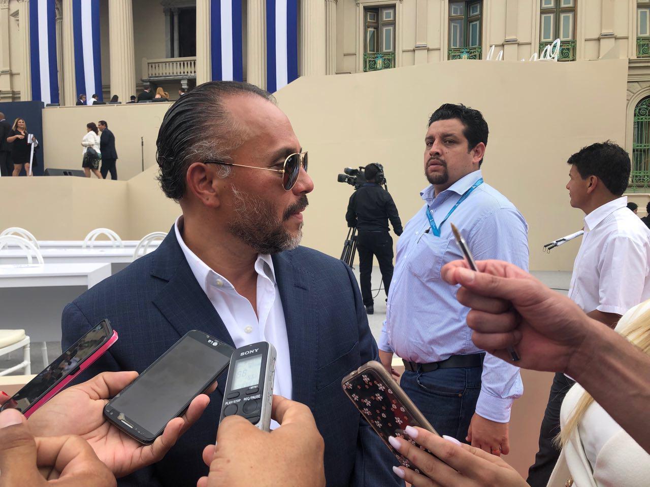 Ernesto Castro brinda declaraciones tras la finalización del acto de juramentación de Nayib Bukele. Foto de Gabriel Labrador.