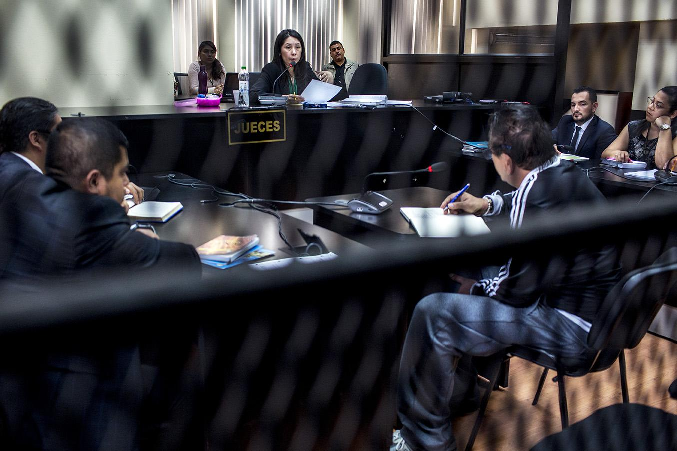 "Erika Aifán, during the first hearing in a case known as ""Parallel Commissions 2020: Political and Judicial Control in the Hands of a Prisoner"" on February 18. Seated before her is Gustavo Alejos. Photo: Simone Dalmasso/Plaza Pública"