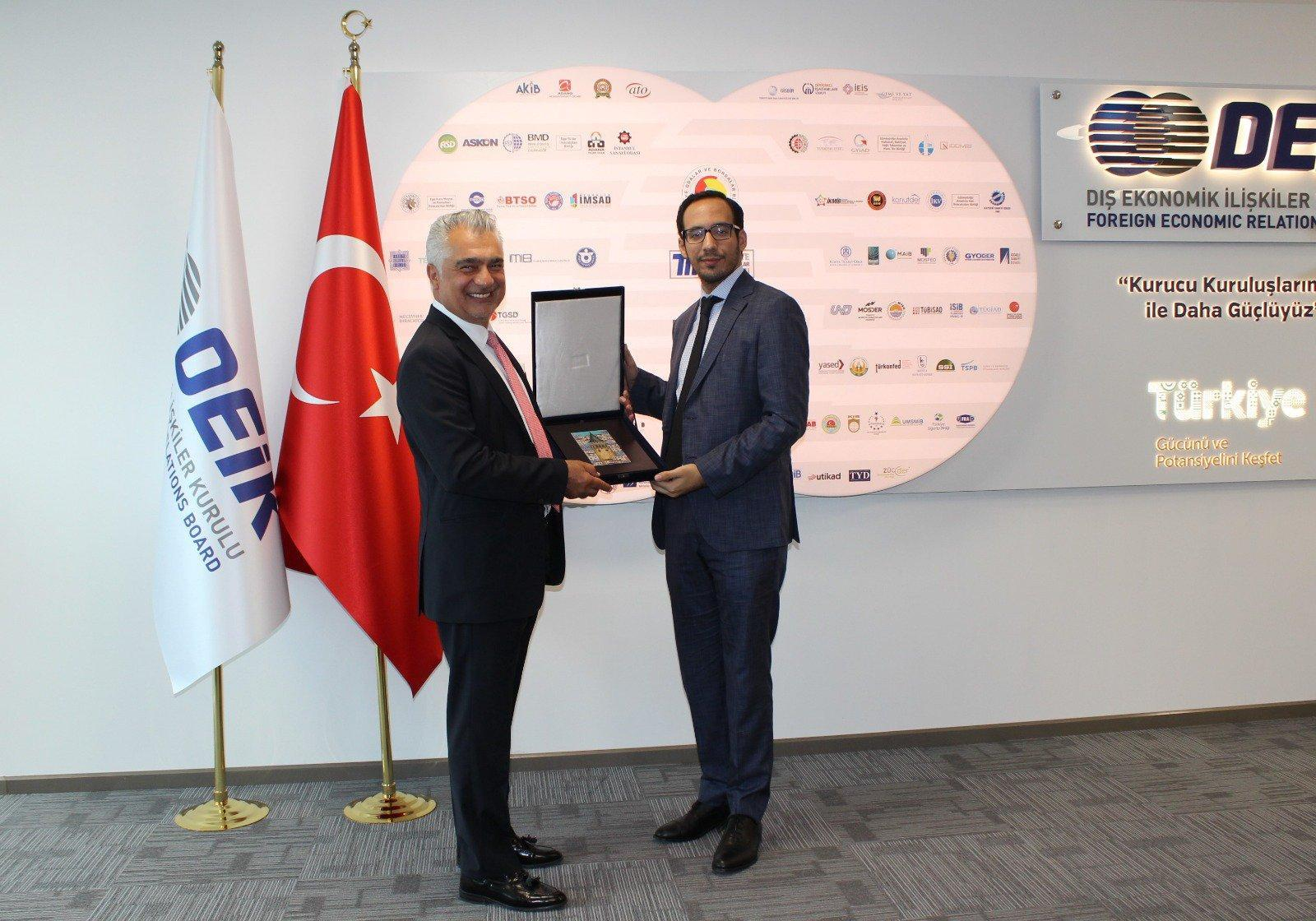 Ibrajim Bukele's trip to Turkey in August 2019 as a special guest of the Minister of Foreign Relations was paid from public funds. He was introduced there as an advisor to the president. This photo was published August 22, 2019 on social media by DEIK, a Turkish business association. Ibrajim Bukele is pictured greeting one of the DEIK executives. Photo published by DEIK.