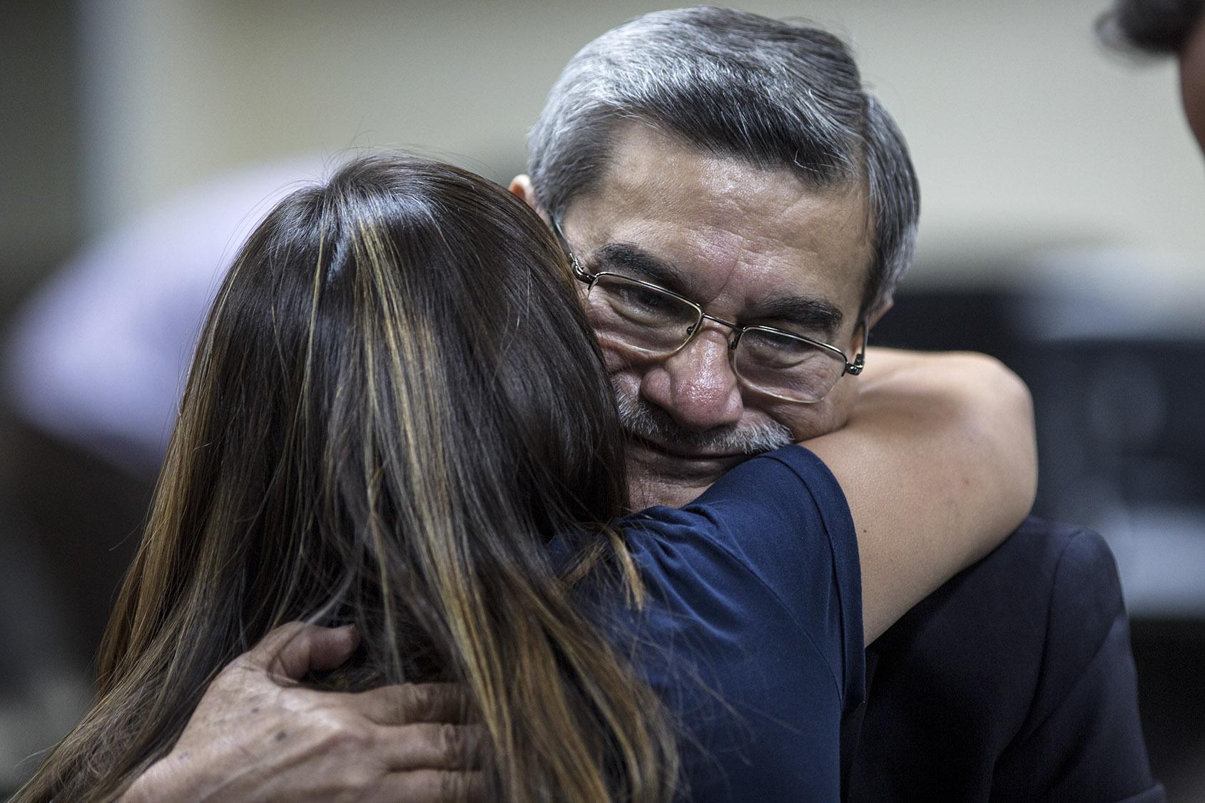 Terminada la sentencia, Rodríguez Sánchez abraza a su hija, celebrando la absolución con toda la familia. Foto de Simone Dalmasso / Plaza Pública.