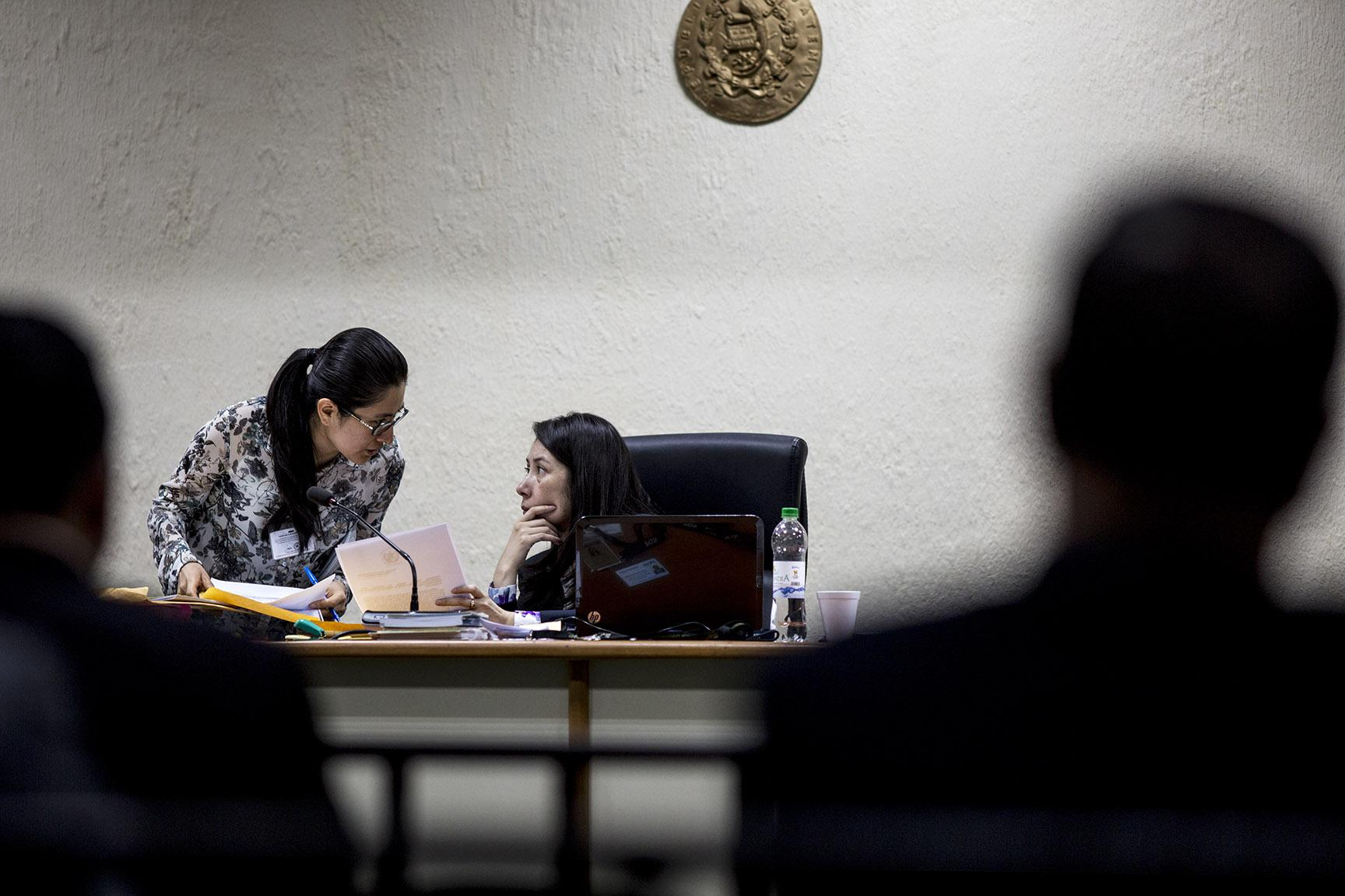 "Judge Aifán talks with her assistant during a case known as ""Construction and Corruption Phase II"" in September 2018. Photo: Simone Dalmasso/Plaza Pública"