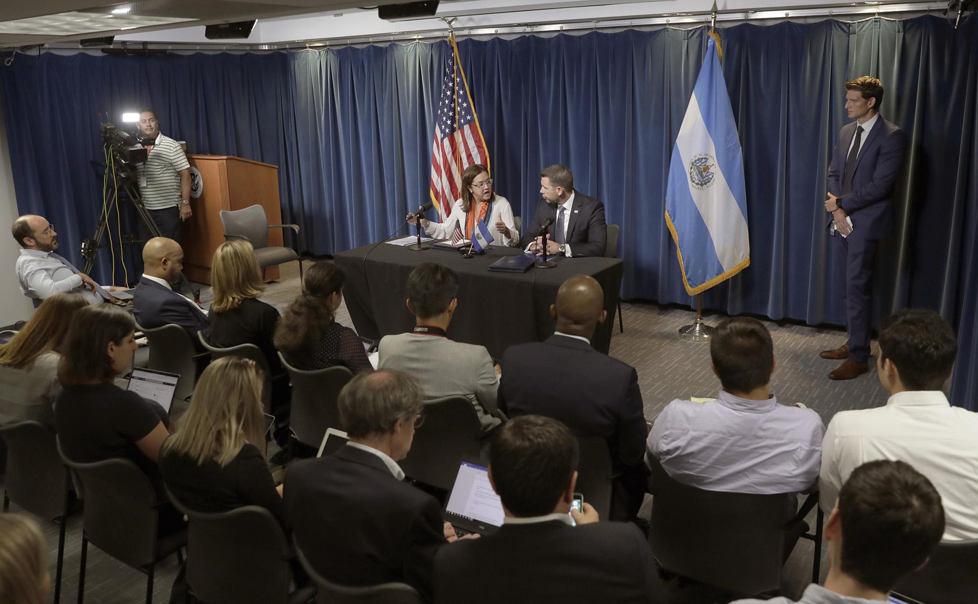 El secretario interino del Departamento de Seguridad Nacional, Kevin K. McAleenan, y la ministra de Relaciones Exteriores de El Salvador, Alexandra Hill, responden preguntas de la prensa después de firmar un acuerdo entre los dos países en la sede de Aduanas y Protección Fronteriza de los Estados Unidos en Washington, DC, el 20 de septiembre de 2019. CBP foto de Glenn Fawcett/Departamanto de Seguridad Nacional de Estados Unidos
