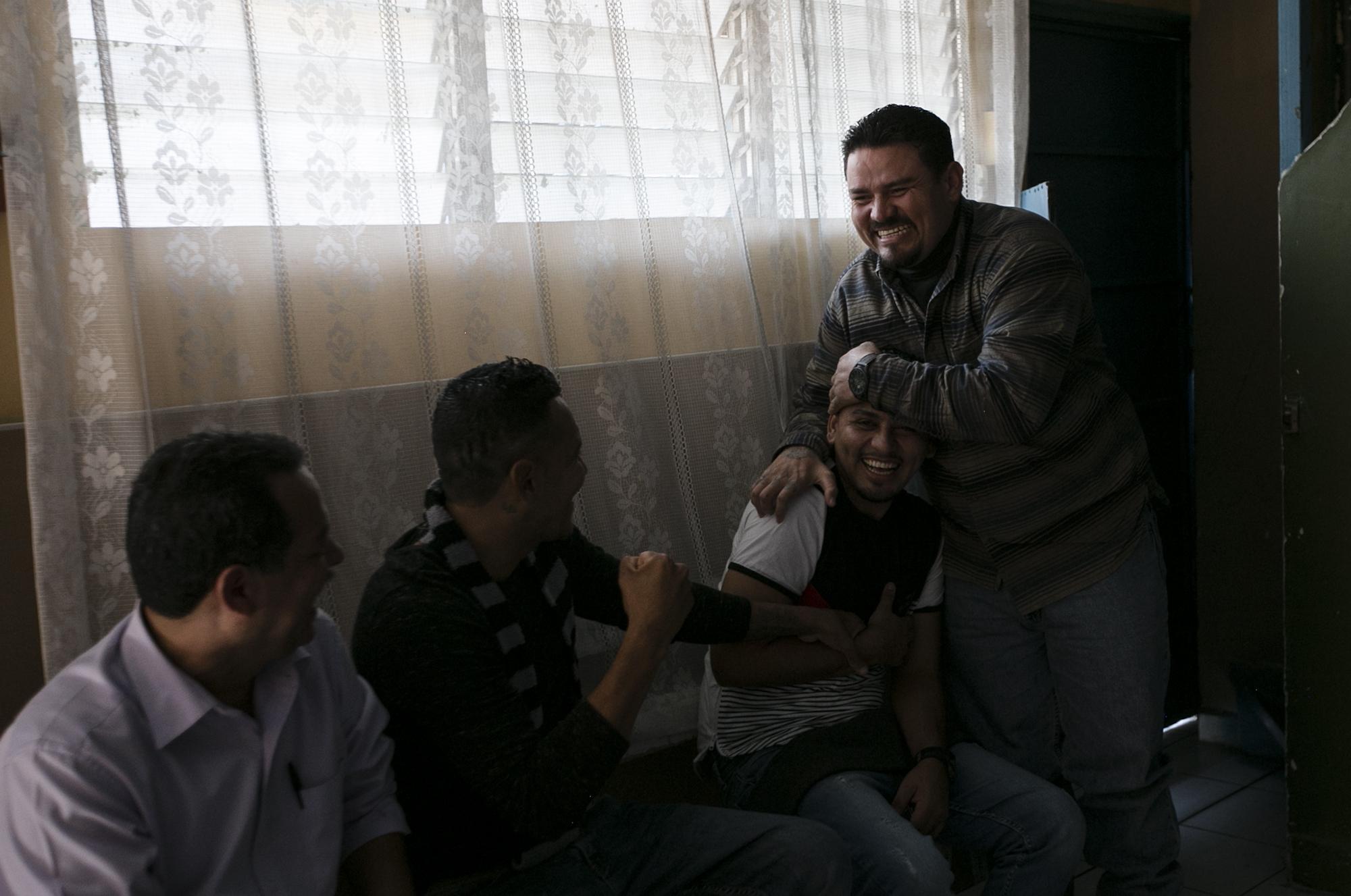 Carlos Montano entra al lugar con el desconcierto en la cara, sin saber qué decir ante la fiesta que se ha organizado en su honor: no le alcanzan los brazos para abrazar ni los saludos ni la sonrisa. Foto: Fred Ramos