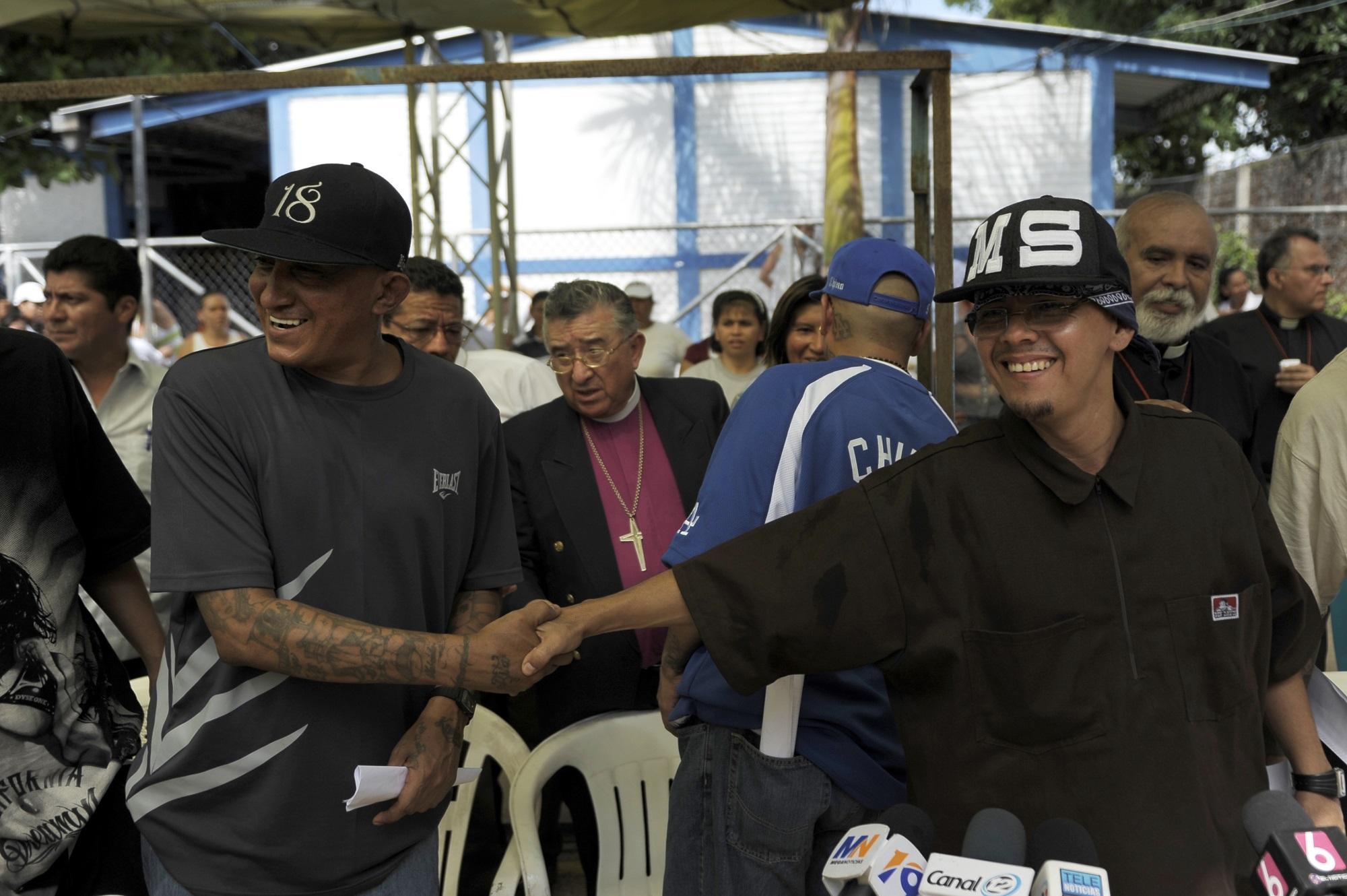 Carlos Mojica Lechuga (a) Viejo Lyn y Edson Zachary Eufemia, representantes de la 18 y de la MS-13 respectivamente, se dan la mano en septiembre de 2012, durante uno de los intercambios que hubo durante la Tregua. Foto José Cabezas (AFP).