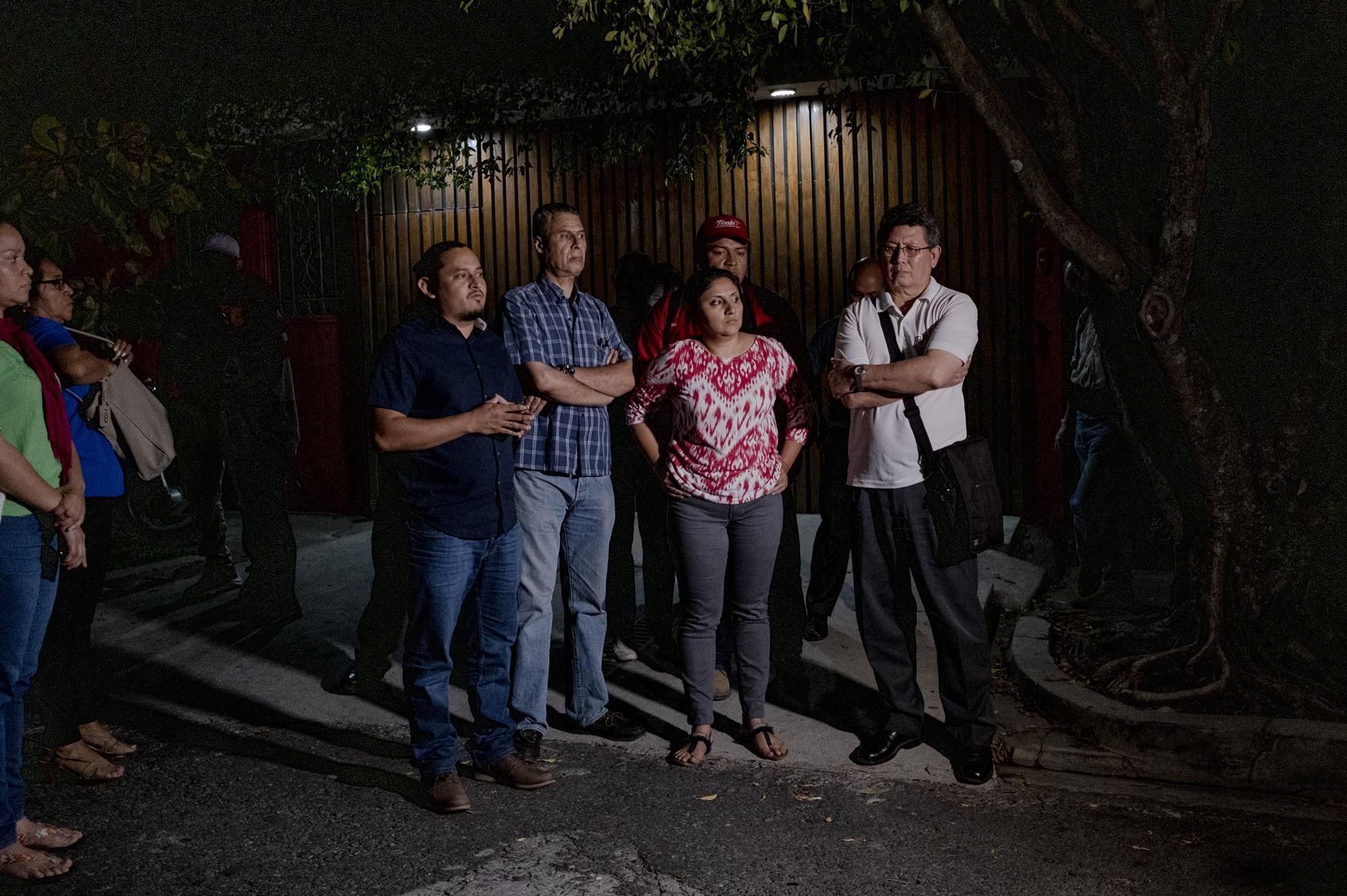 Militantes del partido FMLN dan declaraciones a la prensa minutos después que Susy Rodríguez, esposa de Sigfrido reyes, fuera arrestada por la PNC. Los efemelenistas aseguran que esto se trata de una persecución política.9 de enero de 2020. Fred Ramos