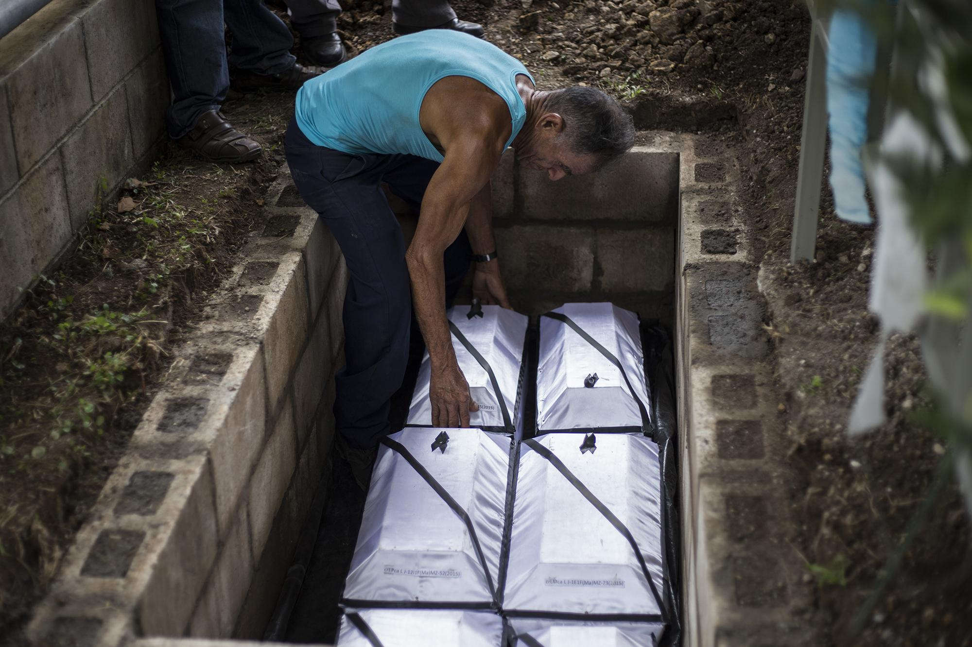 On December 11, 2017, José de Los Ángeles Mejía buried his children in the memorial plot in the canton of La Joya, three days after testifying in the Second Court of the First Instance in San Francisco Gotera. Photo: El Faro / Víctor Peña