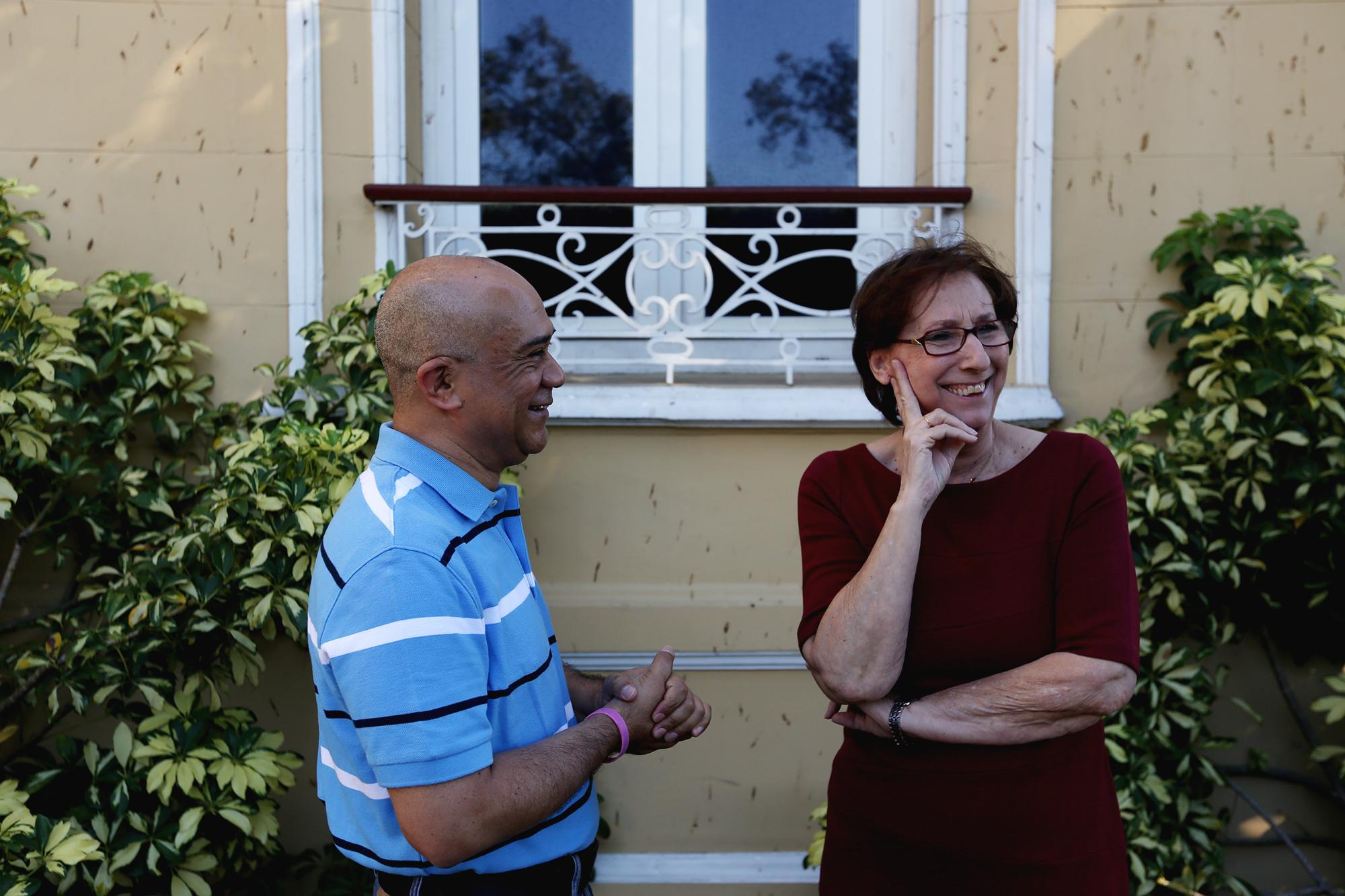 La lingüista Ana María Nafría y el lexicógrafo Francisco Domínguez conversan en uno de los jardines de La Casa de Las Academias. Foto: Fred Ramos