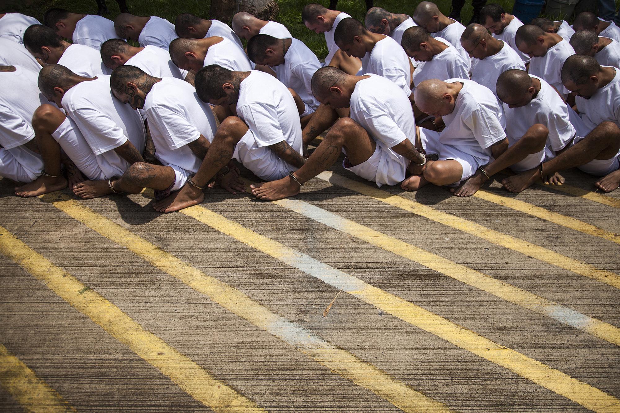 40 líderes de clica de la MS 13 fueron trasladados al penal de máxima seguridad en Zacatecoluca, el 22 de junio de 2017. El Ministerio de Justicia y Seguridad argumentó la acción, debido al incremento de homicidios en el mes de junio. Los 40 pandilleros fueron trasladados del centro penal de Izalco, en el departamento de Sonsonate. Foto: Víctor Peña