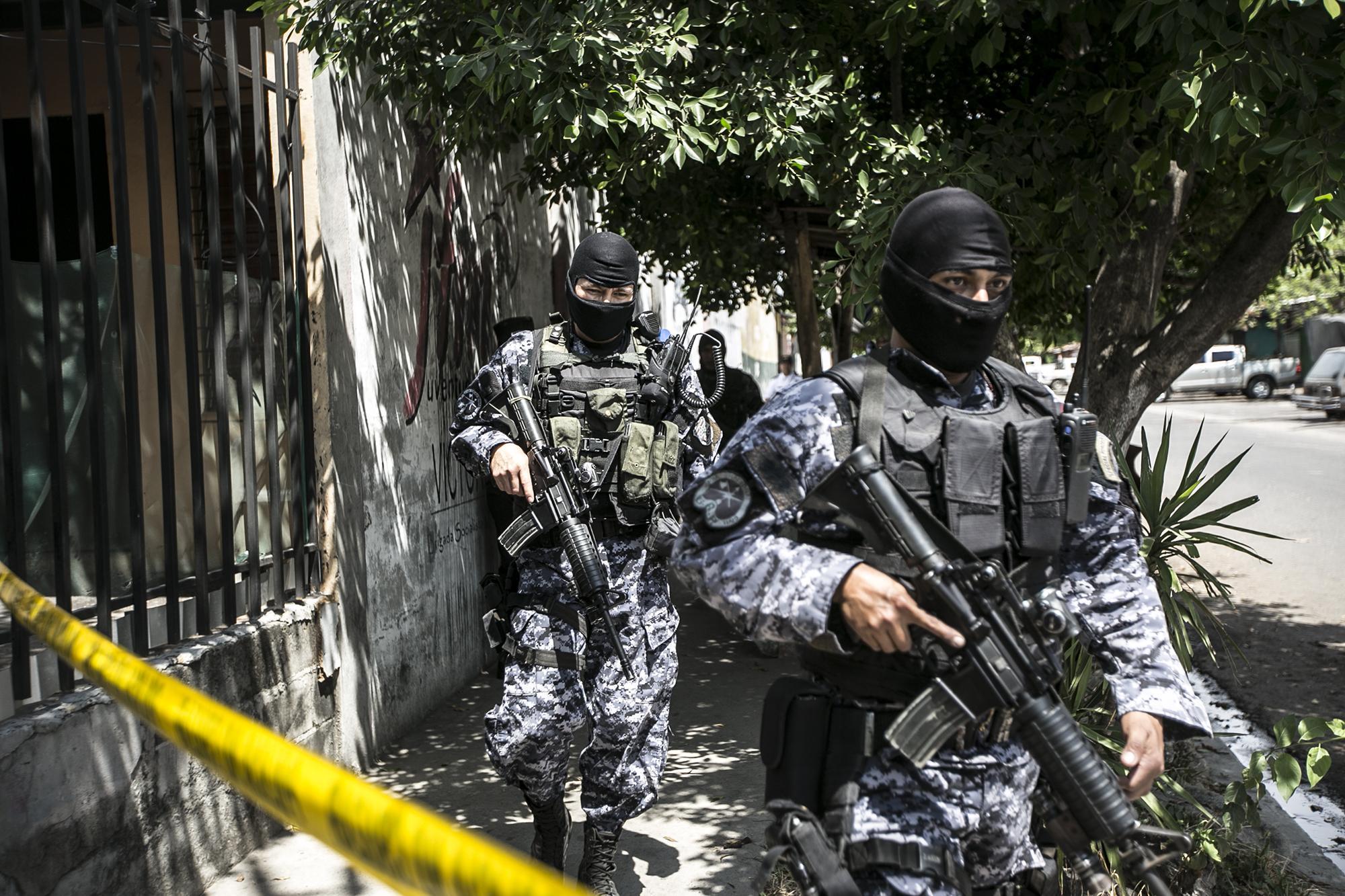 Policías del GRP realizan un operativo en el municipio de Quezaltepeque tras el asesinato de un agente de la PNC. 3 de marzo de 2016. Foto: Fred Ramos