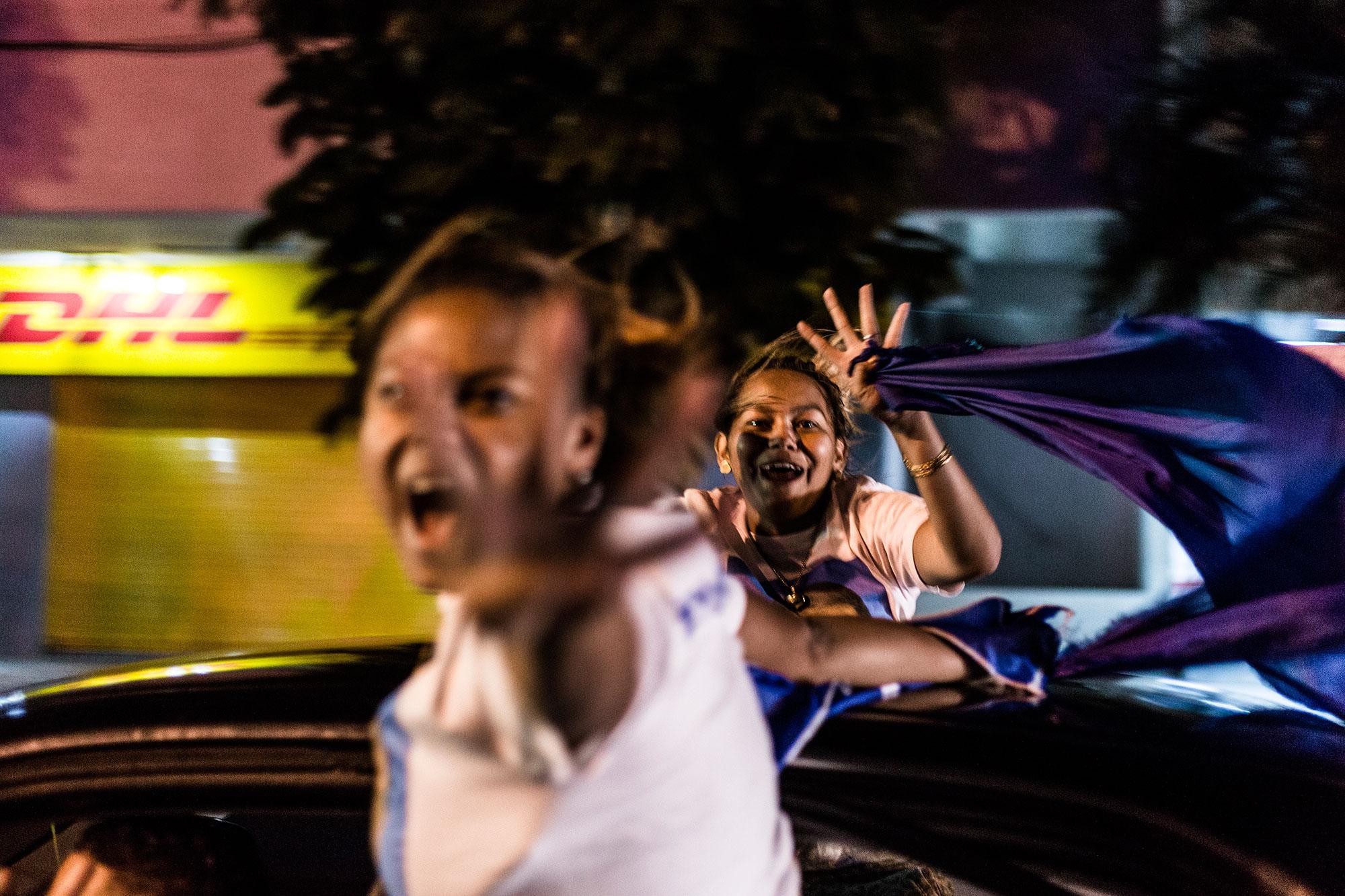 Mientras que el Partido Libre celebraba la eminente victoria el dia lunes 27, frente al edificio central del TSE. El presidente Juan Orlando Hernández invitó los simpatizantes del Partido Nacional a unirse a una carava por la victoria en las calles de Tegucigalpa. Foto: Fred Ramos