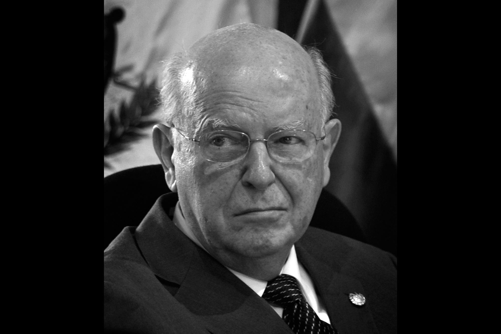 Héctor Dada Hirezi es economista. Fue ministro de Economía durante el gobierno de Mauricio Funes y diputado en los periodos 1966-1970 y 2003-2012. También fue canciller de la República después del golpe de Estado de 1979 y miembro de la Junta Revolucionaria de Gobierno entre enero y marzo de 1980.