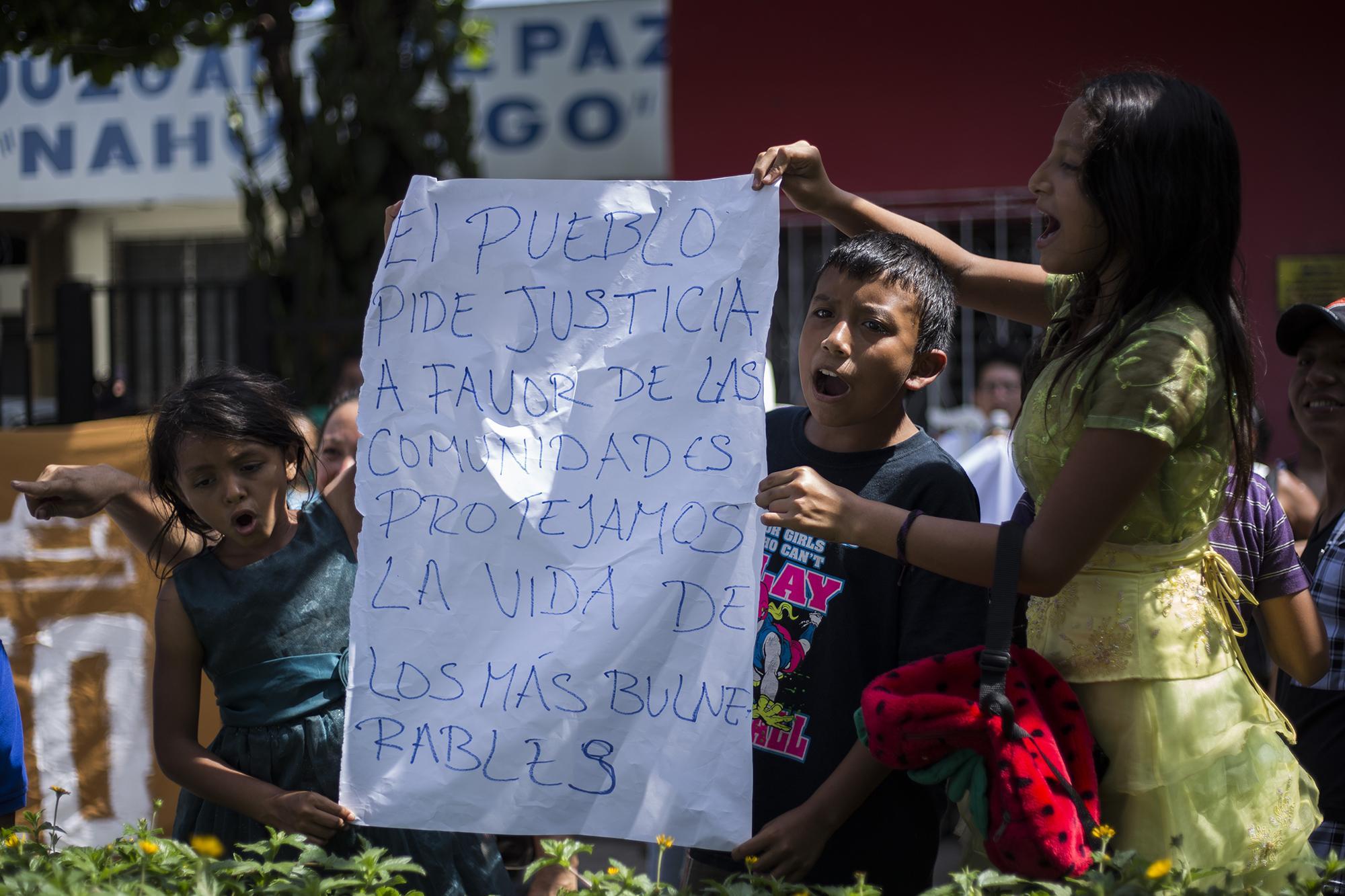 Frente al Juzgado de Paz de Nahulingo, el viernes 56 de abril, menores de la comunidad La Bolsona, en su mayoría, protestaba por la contaminación del río Ceniza, debido a la construcción del proyecto