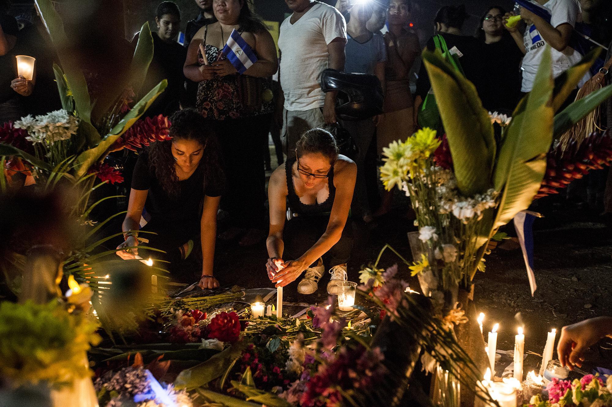 Altar en honor a la víctimas en el redondel Jean Paul Genie, en la ciudad de Managua. Imagen del 25 de abril. Foto de El Faro: Fred Ramos.