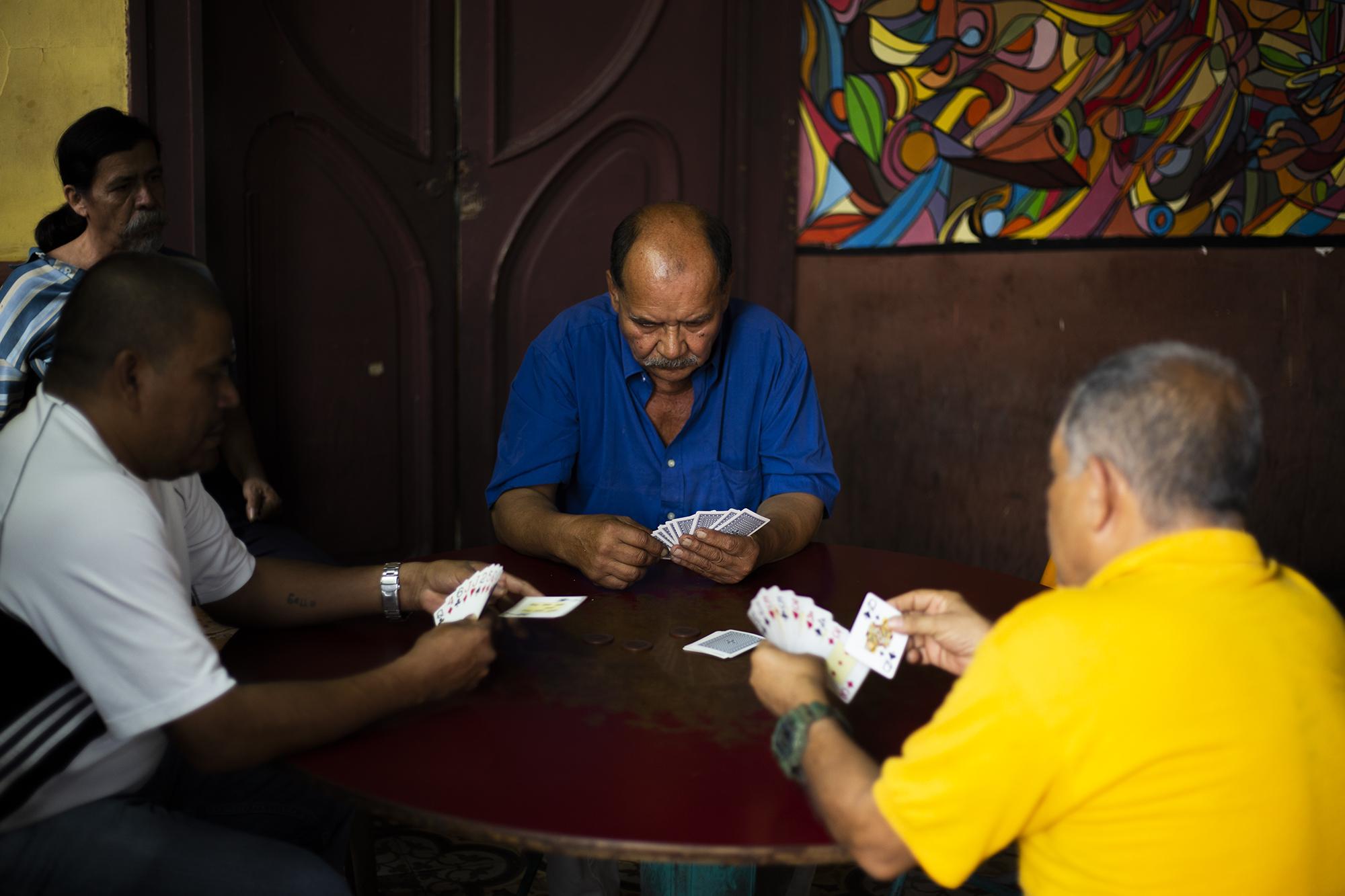 Un grupo de hombres juega cartas en La Dalia. A muchos de ellos no les gusta hablar con extraños y menos decir sus nombres, ''cuestiones de trabajo'' dirán.