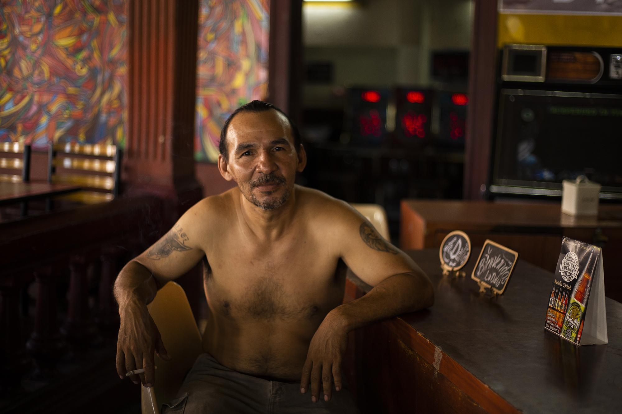 Emilio Serrano tiene 45 años y admite que la mitad de su vida la ha pasado en La Dalia. Primero fue cliente y después empleado, su trabajo es mantener limpio y ordenado el lugar, '' para trabajar aquí lo importante es ganarse la confianza de la gente'' dice mientras fuma un cigarrillo.