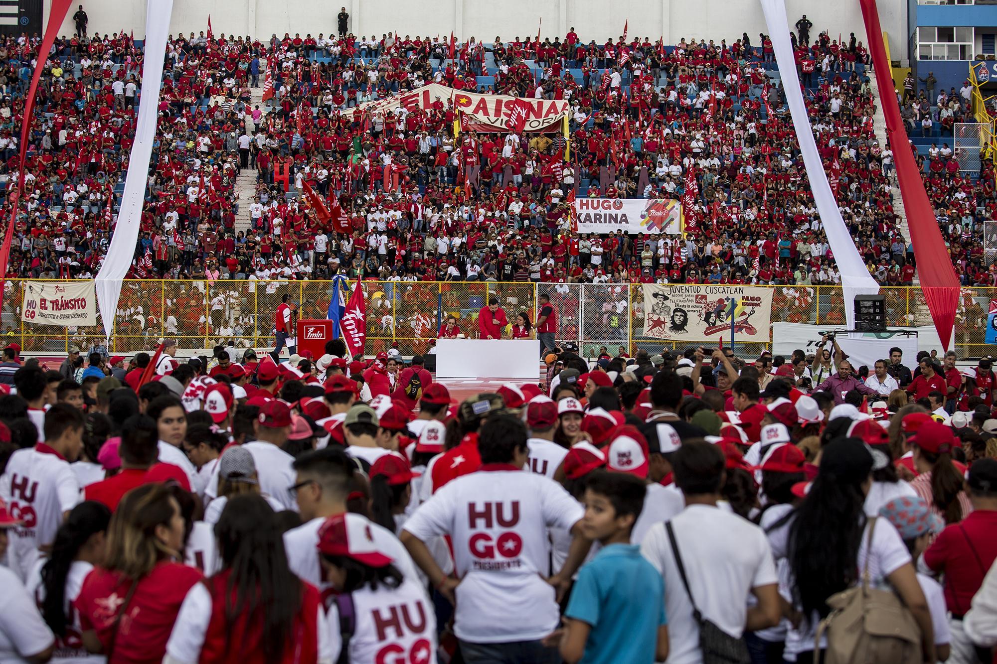 Militantes del partido FMLN escuchan la intervención del secretario general, Medardo González. Foto Fred Ramos (El Faro).
