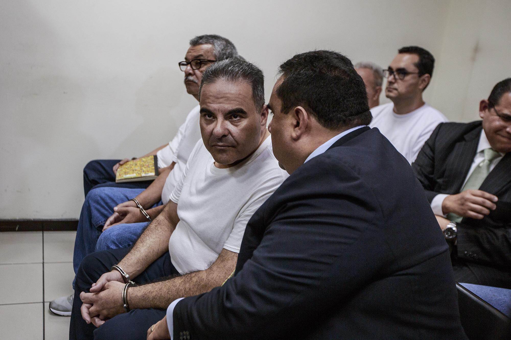 El expresidente Saca escucha a su abogado Mario Machado minutos antes ser condenado a 10 años de cárcel, este 12 de septiembre de 2018. Foto: Fred Ramos
