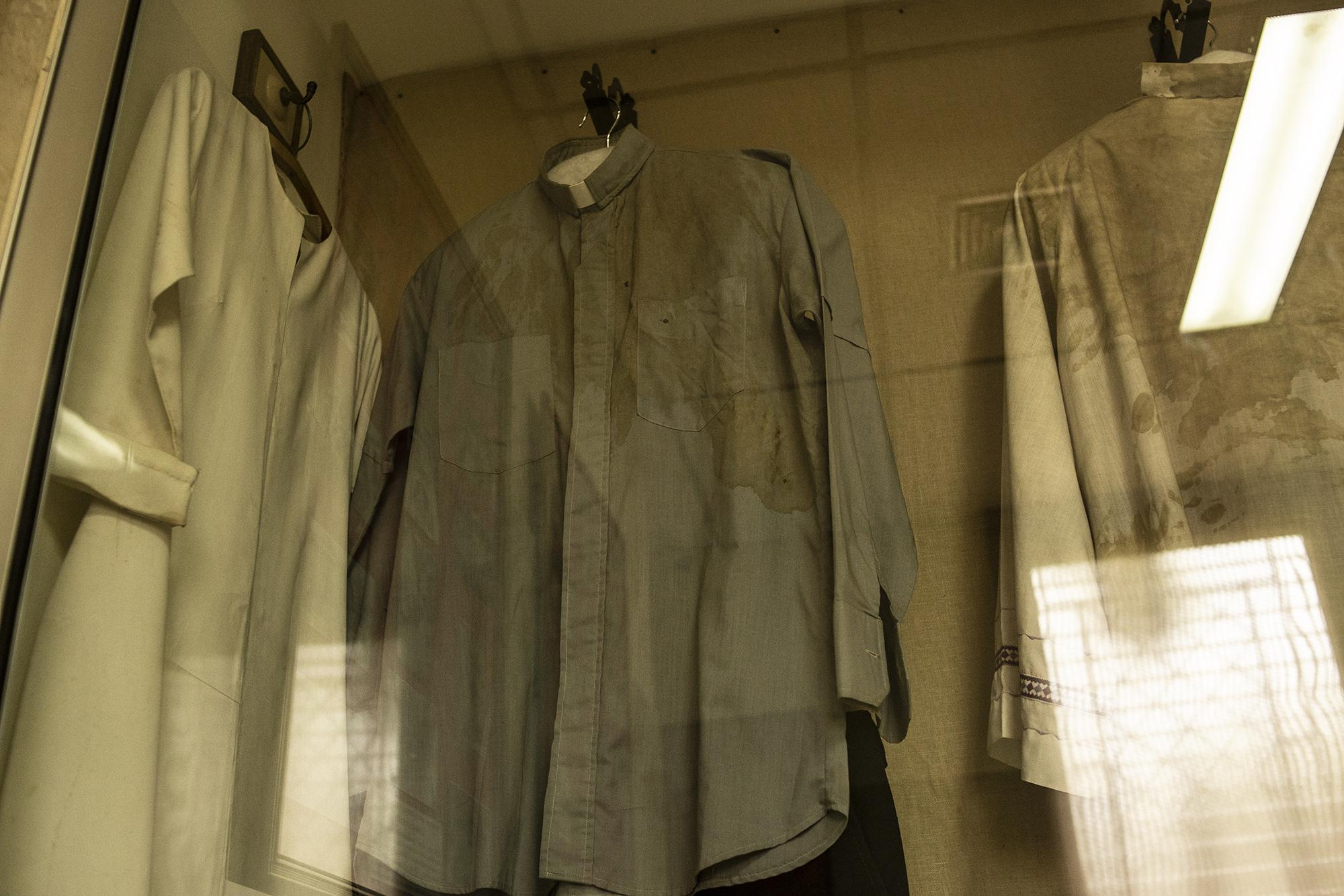 The vestments that Monseñor Romero used for his last mass are now kept in the bedroom of his small house on the grounds of the Divine Providence Hospital. Today the house is a museum. The blood stains and bullet hole are visible on the left side of the gray shirt. Photo for El Faro: Carlos Barrera.
