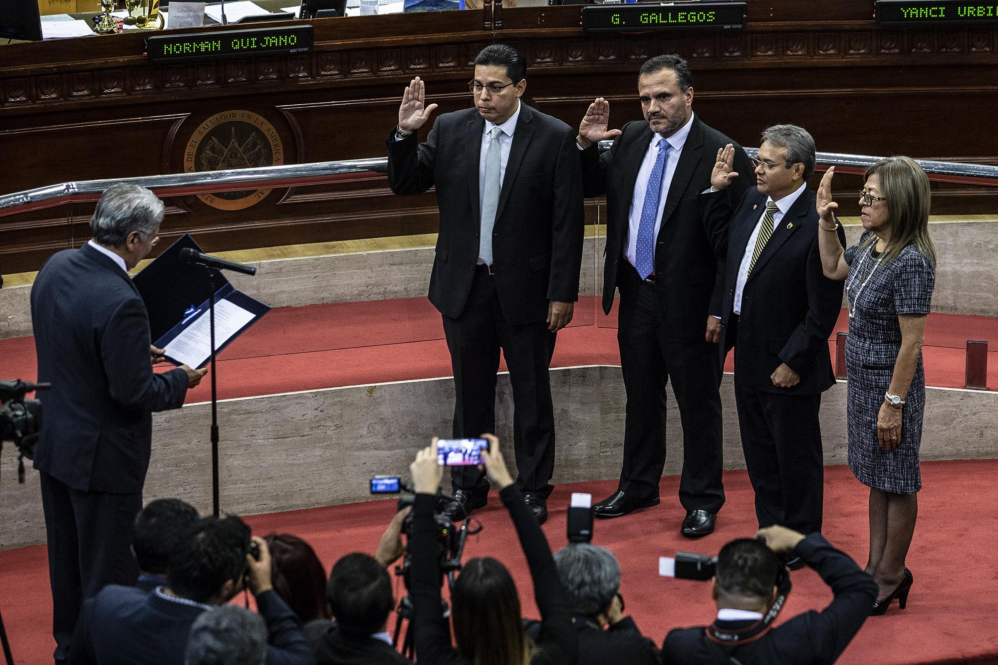 (From left to right) Aldo Cader, Carlos Sergio Avilés, Carlos Sánchez and Marina Marenco de Torrento, four of the five magistrates of the highest court of justice in El Salvador, at their swearing-in on Friday, November 16, 2018. Photo by Carlos Barrera/El Faro.
