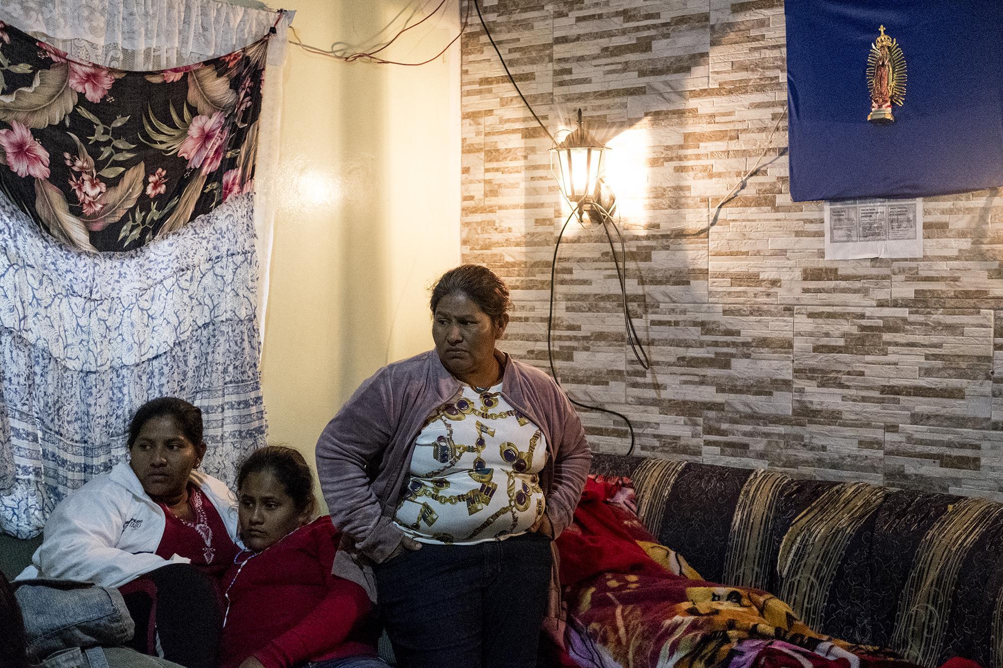 Francisca Ramírez (de pie) junto a su familia en la noche del 31 de diciembre de 2018, desde su exilio en Costa Rica. Foto de El Faro: Fred Ramos.