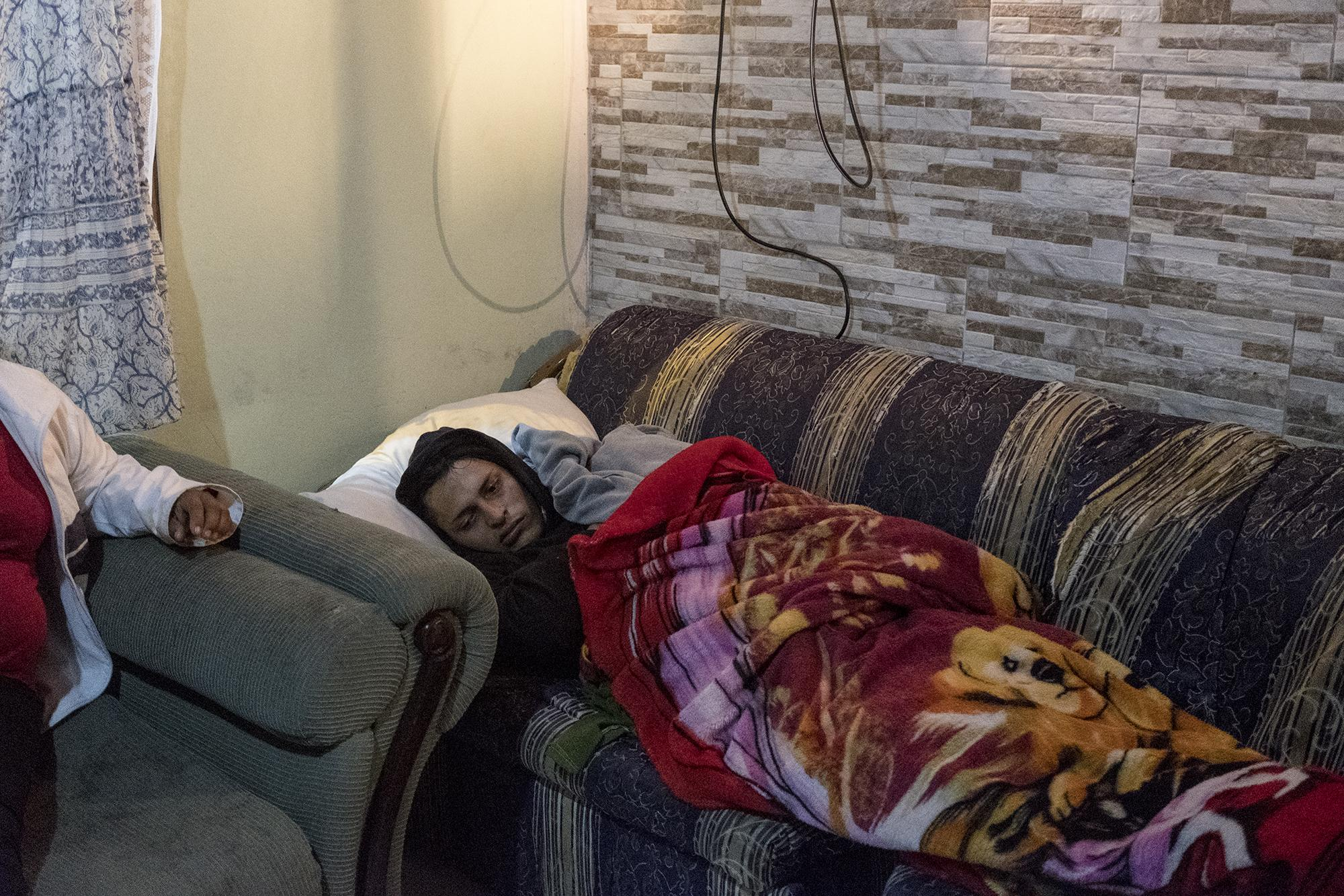 Hamlet Adolfo Sánchez, de 32 años, en la casa de Francisca Ramírez, el 31 de dicembre de 2018. Foto de El Faro: Fred Ramos.