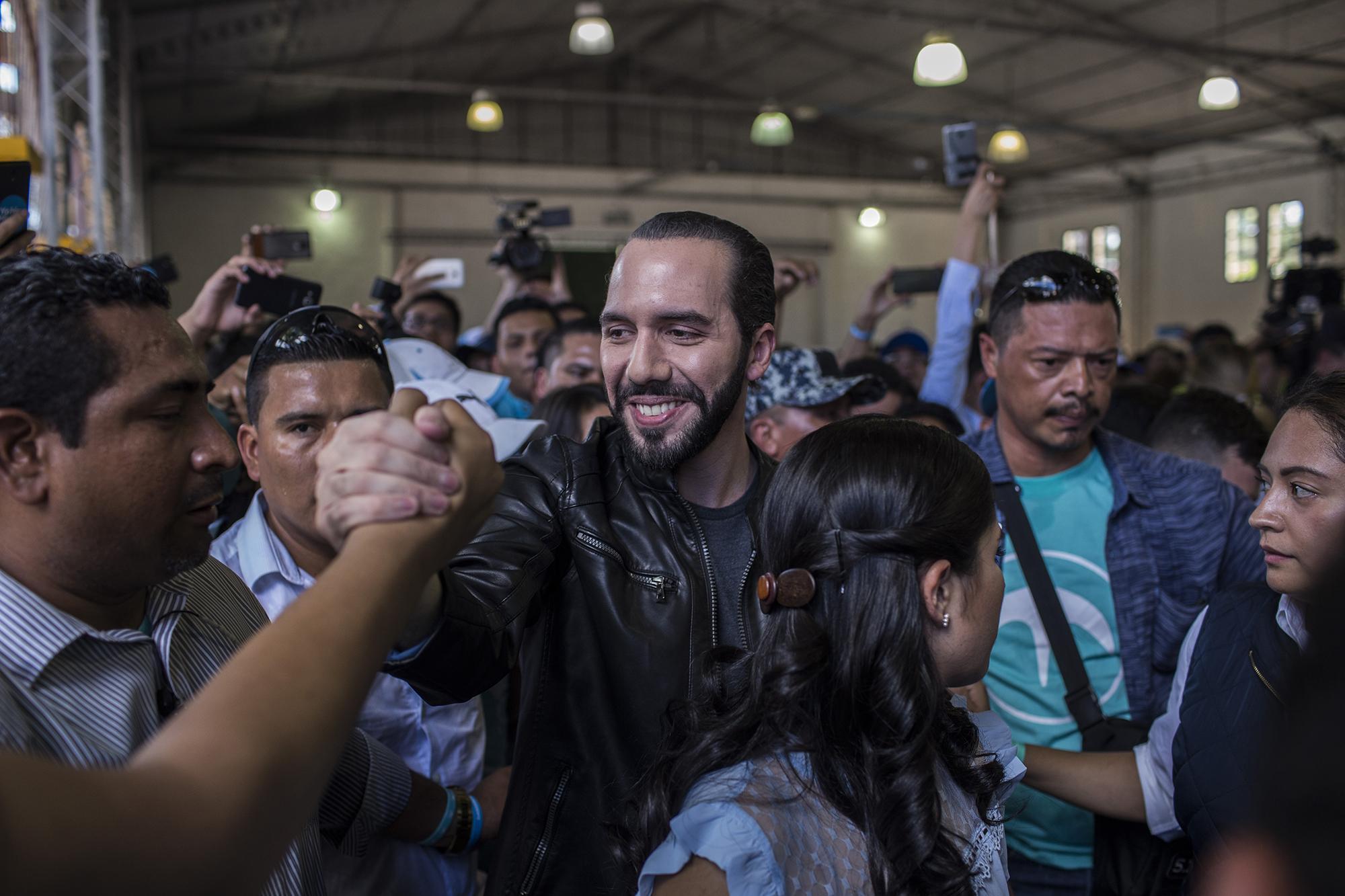 Nayib Bukele, presidente electo de El Salvador, en las elecciones del 3 de febrero, a su llegada al Centro de Ferias y Convenciones (Cifco), en San Salvador, para ejercer su voto. Foto: Víctor Peña.