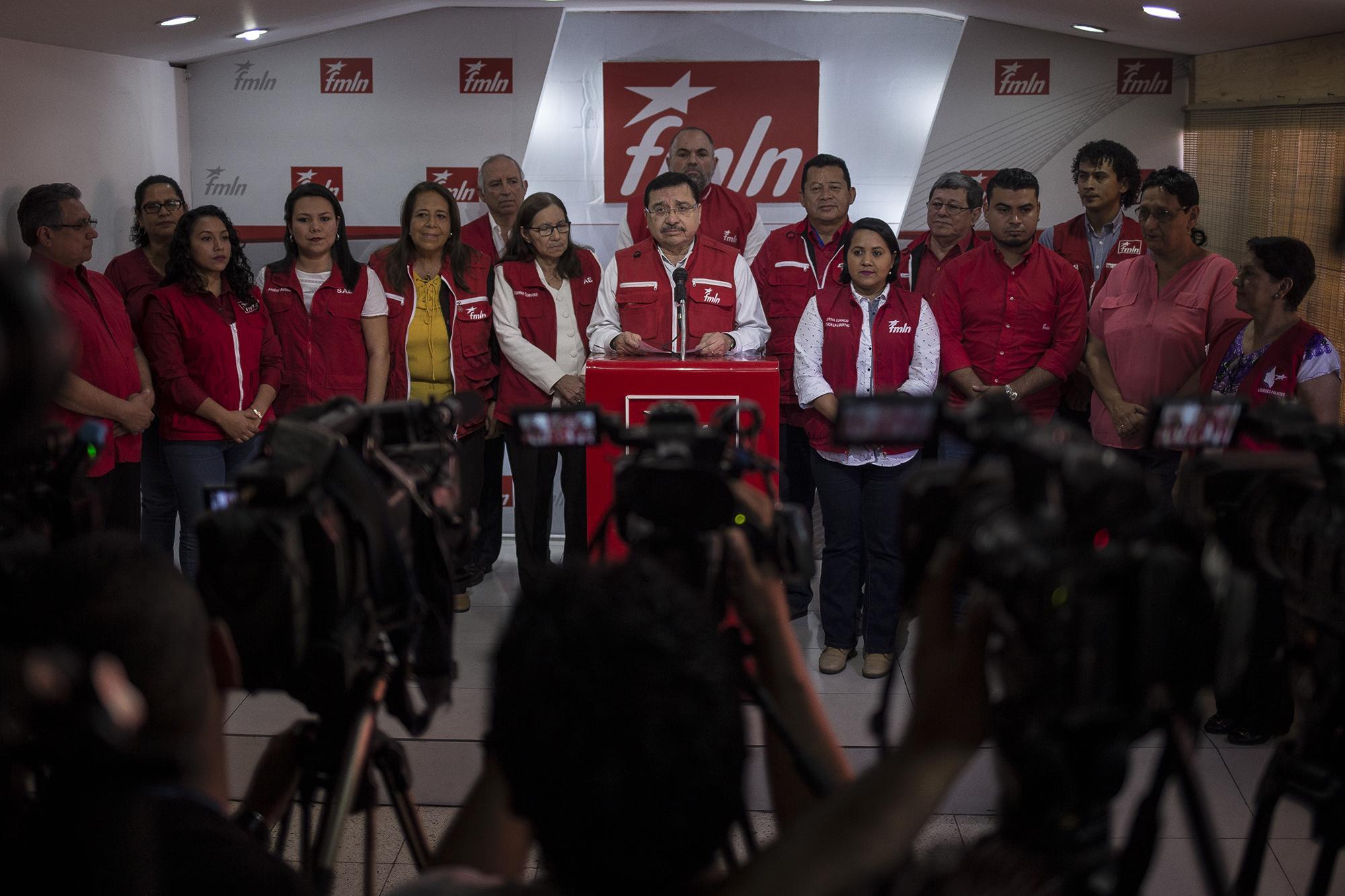La cúpula del partido FMLN renunció a la dirigencia del partido de izquierda, que tuvo pésimos resultados en las pasadas elecciones presidenciales del 3 de febrero.Medardo González, secretario general del FMLN, hizo el anuncio público a los medios de comunicación, el miércoles 6 de febrero, en la sede conocida como 13-16, en San Salvador. Foto: Víctor Peña.