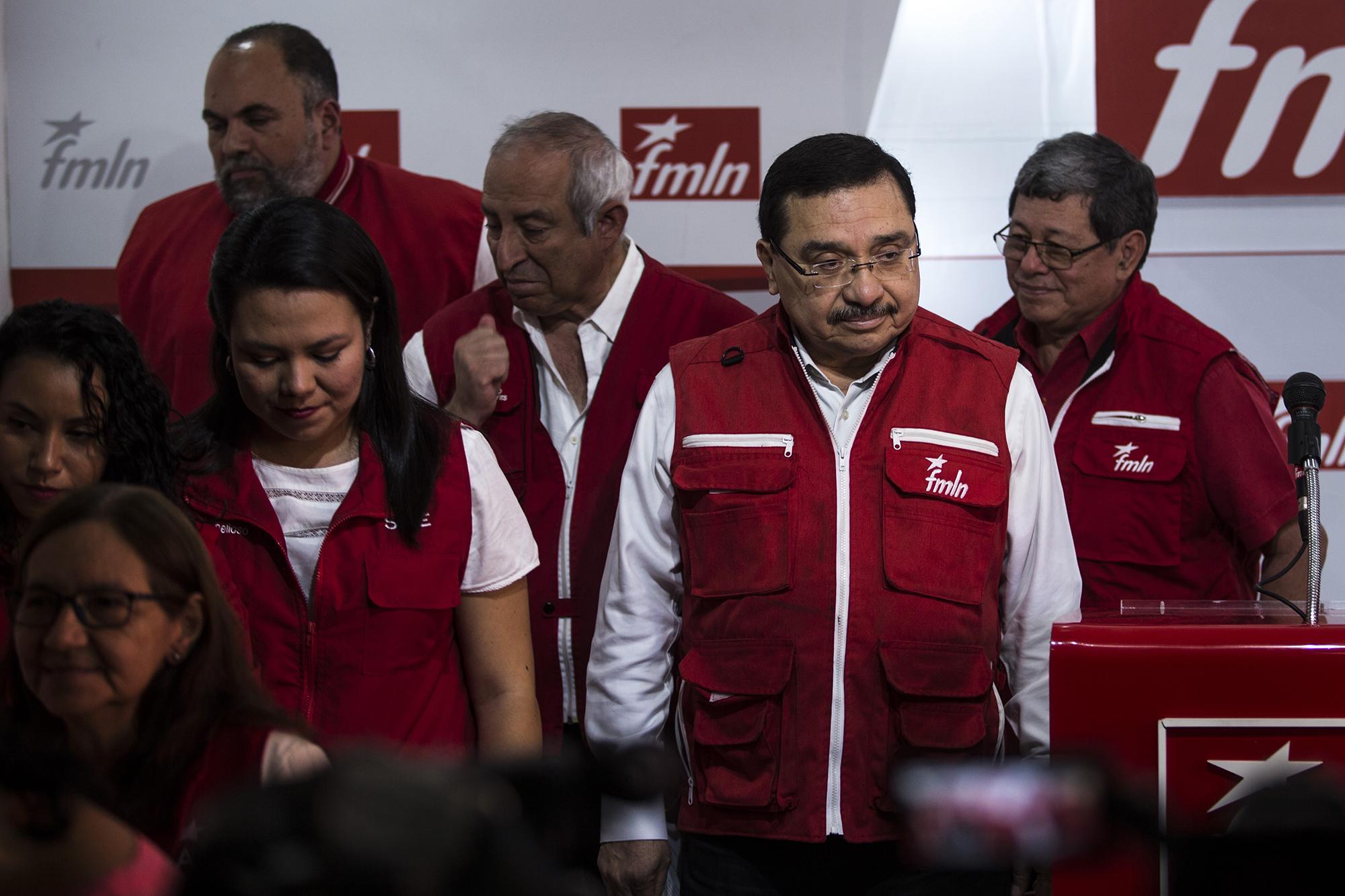 Medardo González, al centro, luego de anunciar el retiro de la cúpula del FMLN y el adelante de elecciones internas. Foto: Víctor Peña.