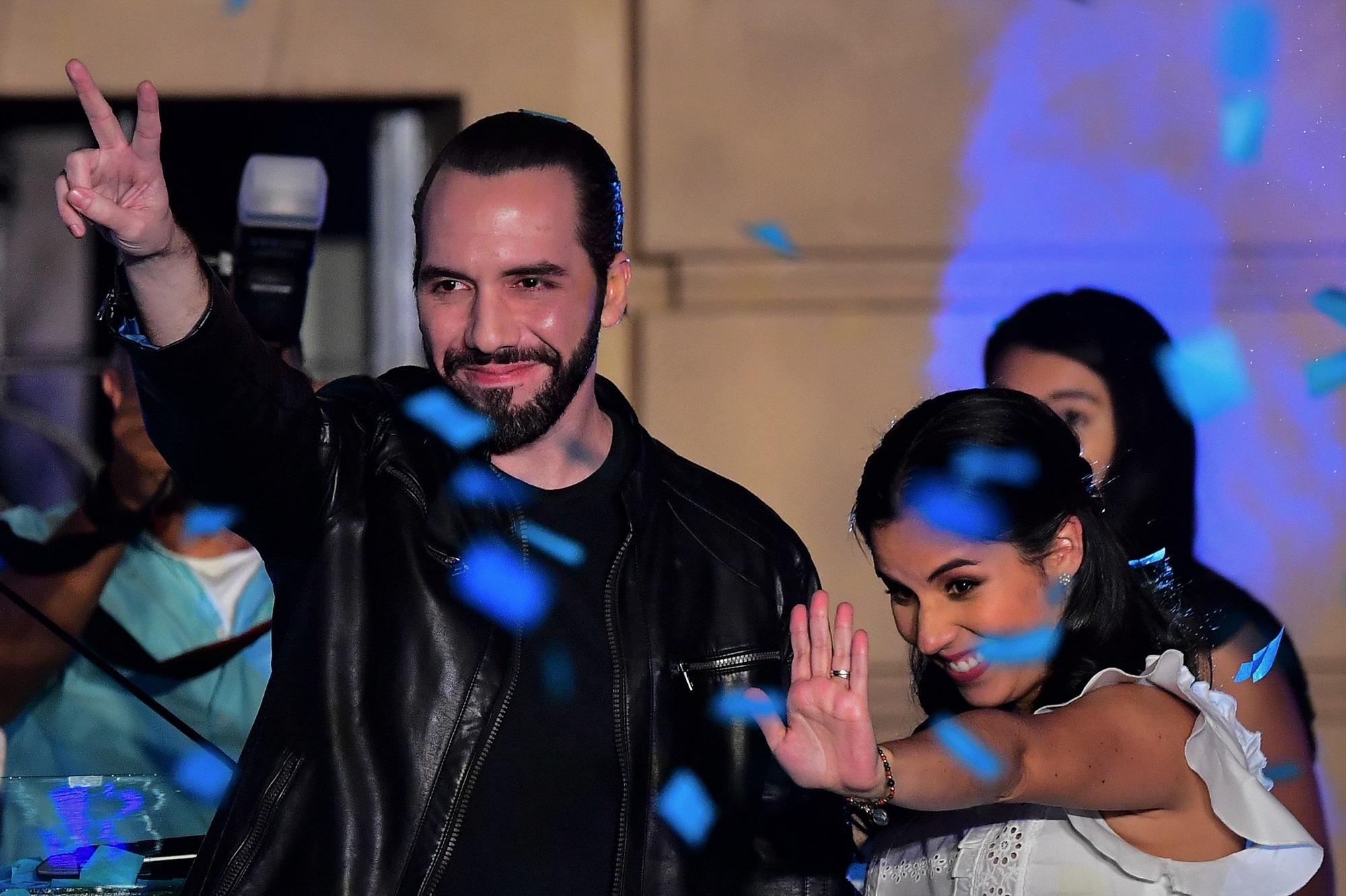 Nayib Bukele celebra los resultados obtenidos en la elección presidencial del 3 de febrero de 2019. Lo acompaña su esposa Gabriela Rodríguez, quien fue la encargada de la plataforma de educación del candidato. Foto de Luis Acosta, AFP