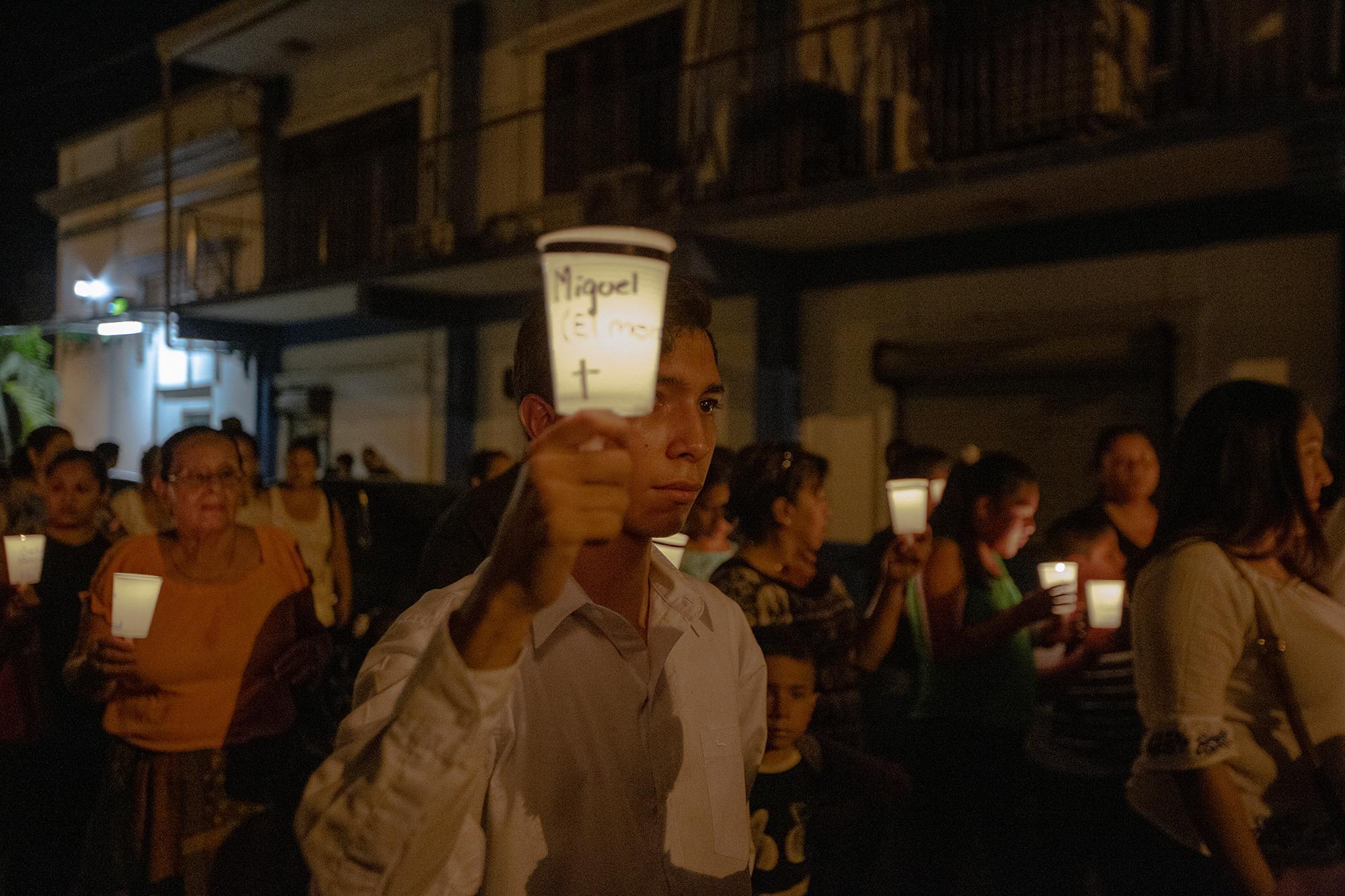 200 velas fueron prendidas durante la procesión del silencio. Cada una de las velas tenía el nombre de uno de los 80 presos políticos y de los 36 asesinados por la policía y paramilitares en Masaya. La procesión circulo por las calles que meses atrás estaban bloqueadas por los tranques montados por la resistencia.