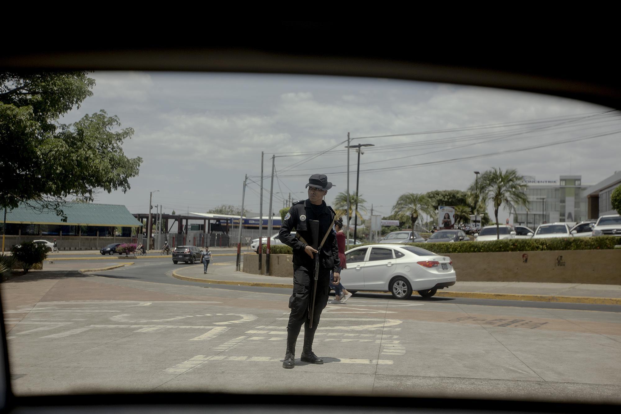 Un policía en los alrededores del monumento al boxeador Alexis Argüello, en la ciudad de Managüa. El 17 abril, el gobierno nicaragüense desplegó un fuerte dispositivo policial para evitar que se realizaran protestas conmemorativas al primer aniversario de la crisis que ha dejado ya un saldo de 400 muertos. En diciembre pasado, la CIDH determinó que la policía había reprimido a la población con armas de guerra.