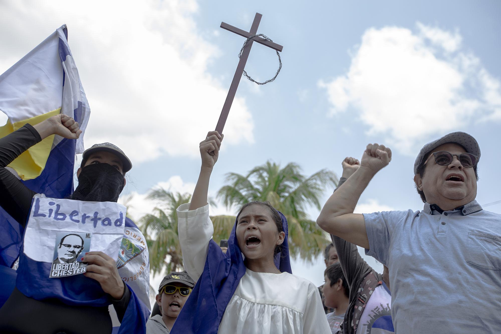 El viacrucis penitencial del viernes santo inició en el colegio Teresiano, en la ciudad de Managua, y finalizó en la catedral. Se convirtió en una oportunidad para algunos nicaragüenses que volvieron a protestar en las calles de la ciudad. Desde que el gobierno declaró ilegales las protestas, en septiembre del 2018, no ha habido marchas masivas, sino apenas concentraciones fugaces de pequeños grupos que gritan un par de consignas y huyen antes de ser apresados por la policía.