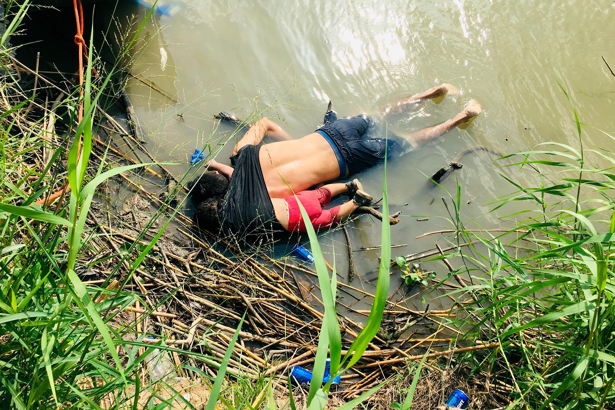 Los salvadoreños Óscar Martínez, de 25 años, y su hija Valeria, de año y medio, murieron ahogados en el río Bravo, en su intento por llegar a Estados Unidos. Esta fotografía ha dado vuelta al mundo y simboliza el estado actual de la crisis de refugiados centroamericana. Foto: Julia Le Duc /AP