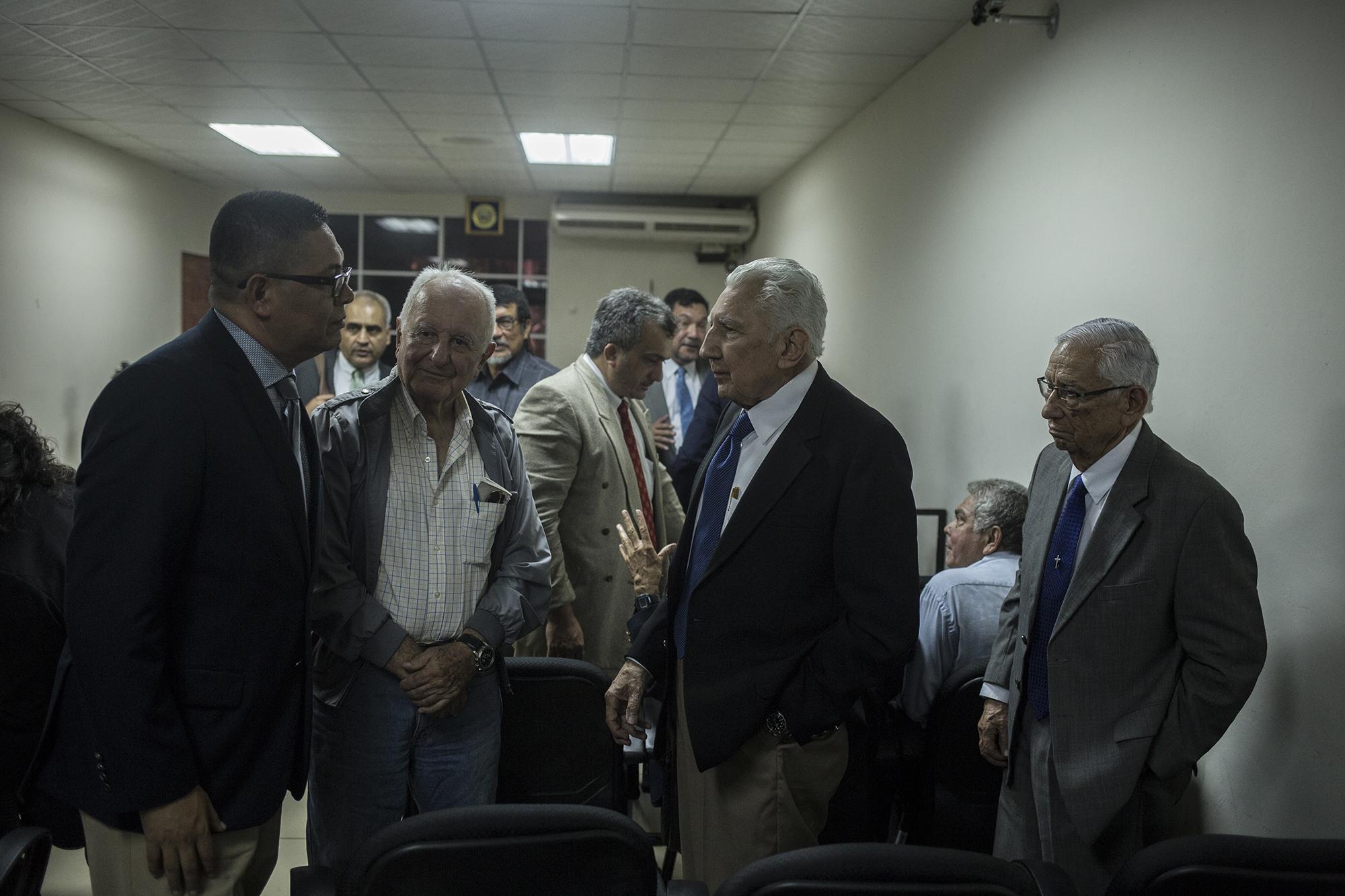 Jesús Gabriel Contreras, Rafael Flores Lima y Guillermo García, militares acusados, hablan con uno de sus abogados defensores (izquierda). San Francisco Gotera, Morazán, 18 de julio de 2019. Foto: Víctor Peña.