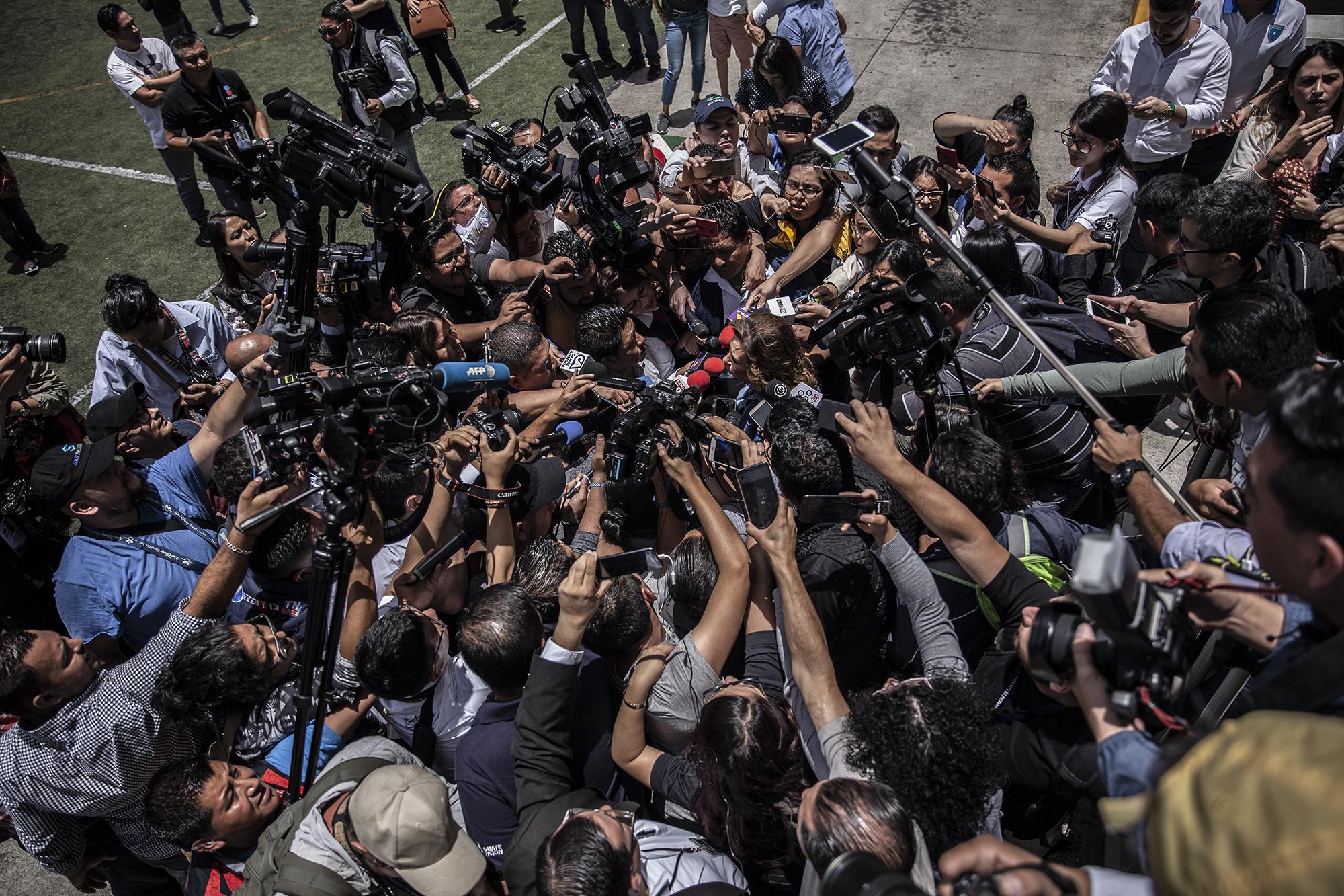 Periodistas se abalanzan sobre Sandra Torres, candidata presidencial de Guatemala, a la salida del centro de votación colegio Valle Verde en la ciudad de Guatemala. Torres perdió la elección. Mostró hostilidad hacia algunos medios de prensa durante la campaña. Pidió a un juez que ordenara a El Periódico que se abstuviera de publicar cualquier contenido relacionado a ella. El juez ordenó la censura pero la acción luego fue revocada. Carlos Barrera/El Faro